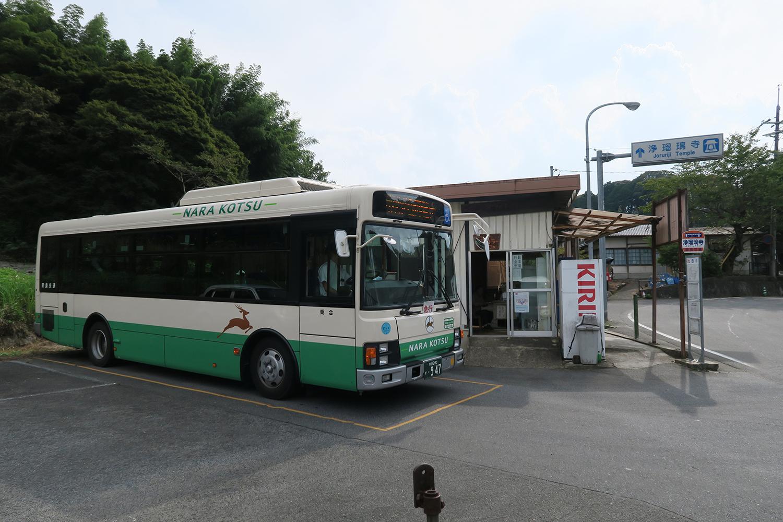 バス停もあります。この辺りを散策している利用者も多く、この日もたくさんの人がバスを待っていました。