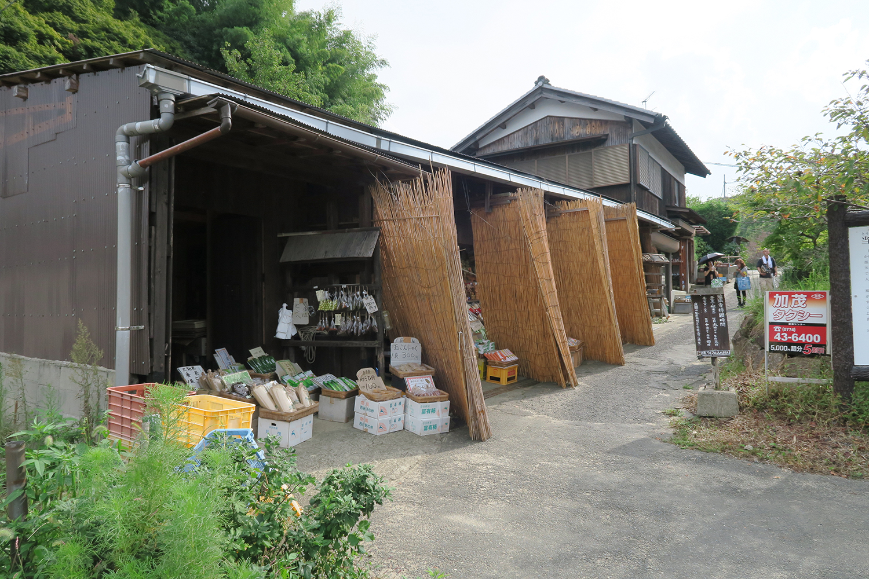 浄瑠璃寺手前に地元野菜や置物などのお土産も売っています。