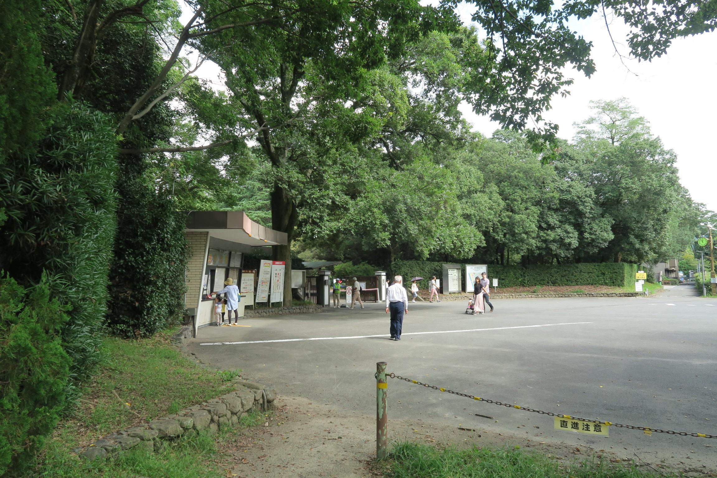 左手奥が植物園入口。植物園の駐車場に停めて、手づくり市に向かいます。