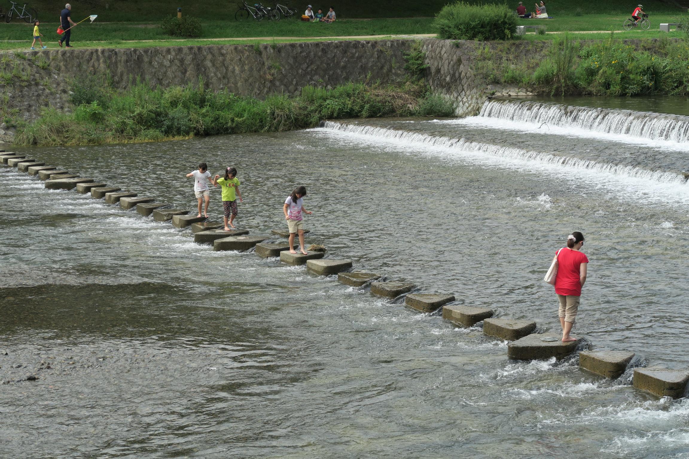 鴨川を横切ることができるようになっています。楽しそうですが、小さいお子様は気を付けて!