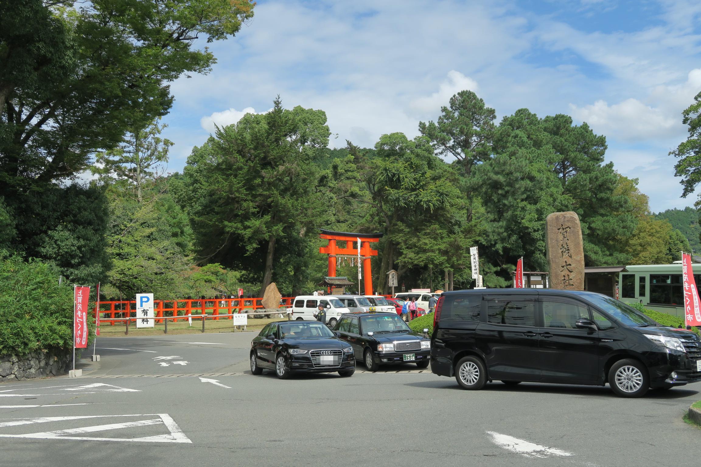 上賀茂神社。鳥居の奥が「手つくり市」の会場。初めてで会場がわからず、神社横の道を歩いてしましました。