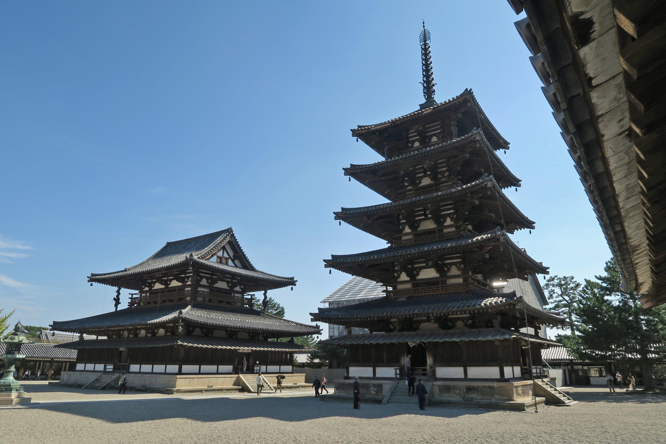 一番上の五重塔の屋根は一番下の屋根の半分の長さ。すべて計算された美しさ。
