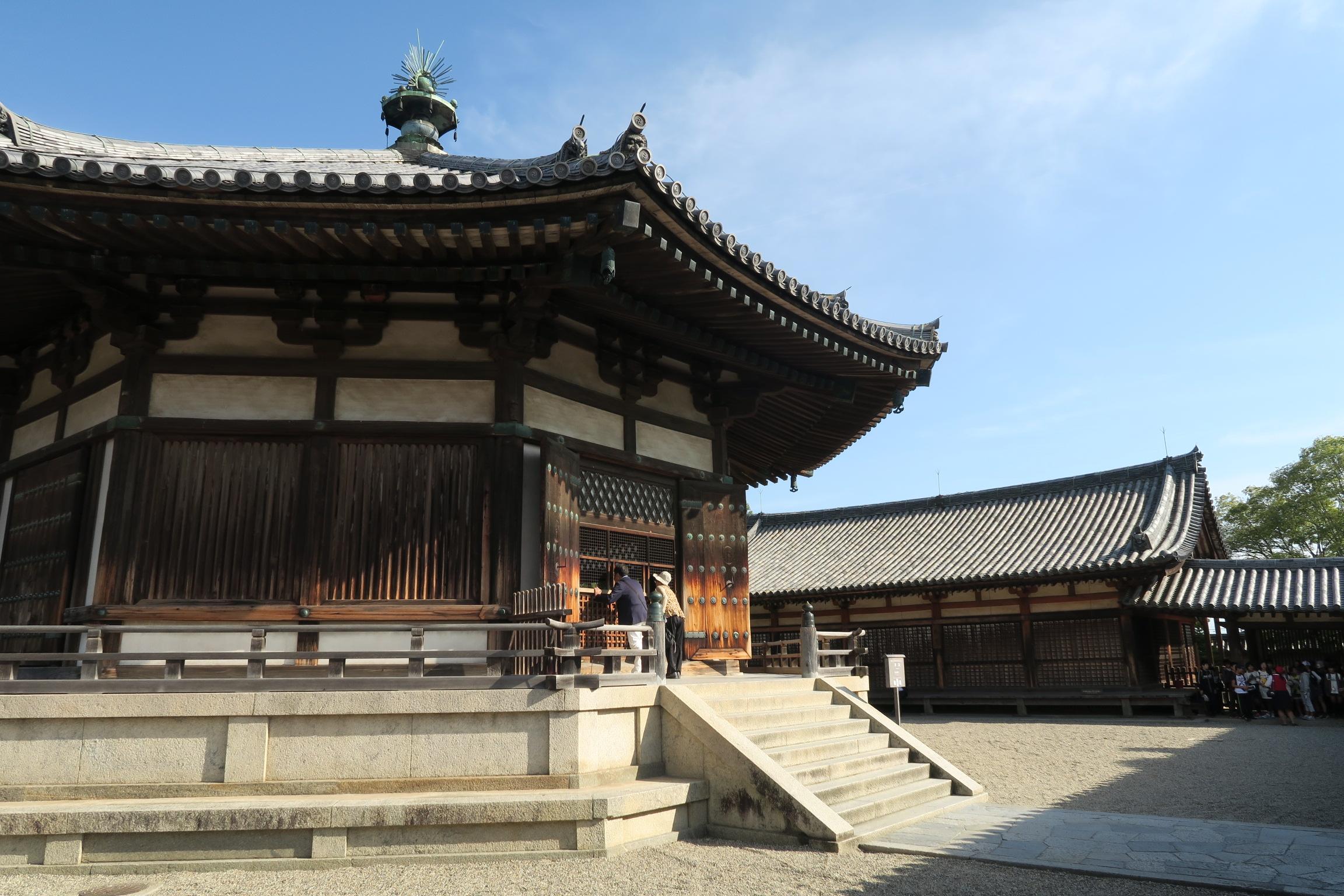 聖徳太子の菩提を弔うために建造されたといわれている国宝の夢殿。