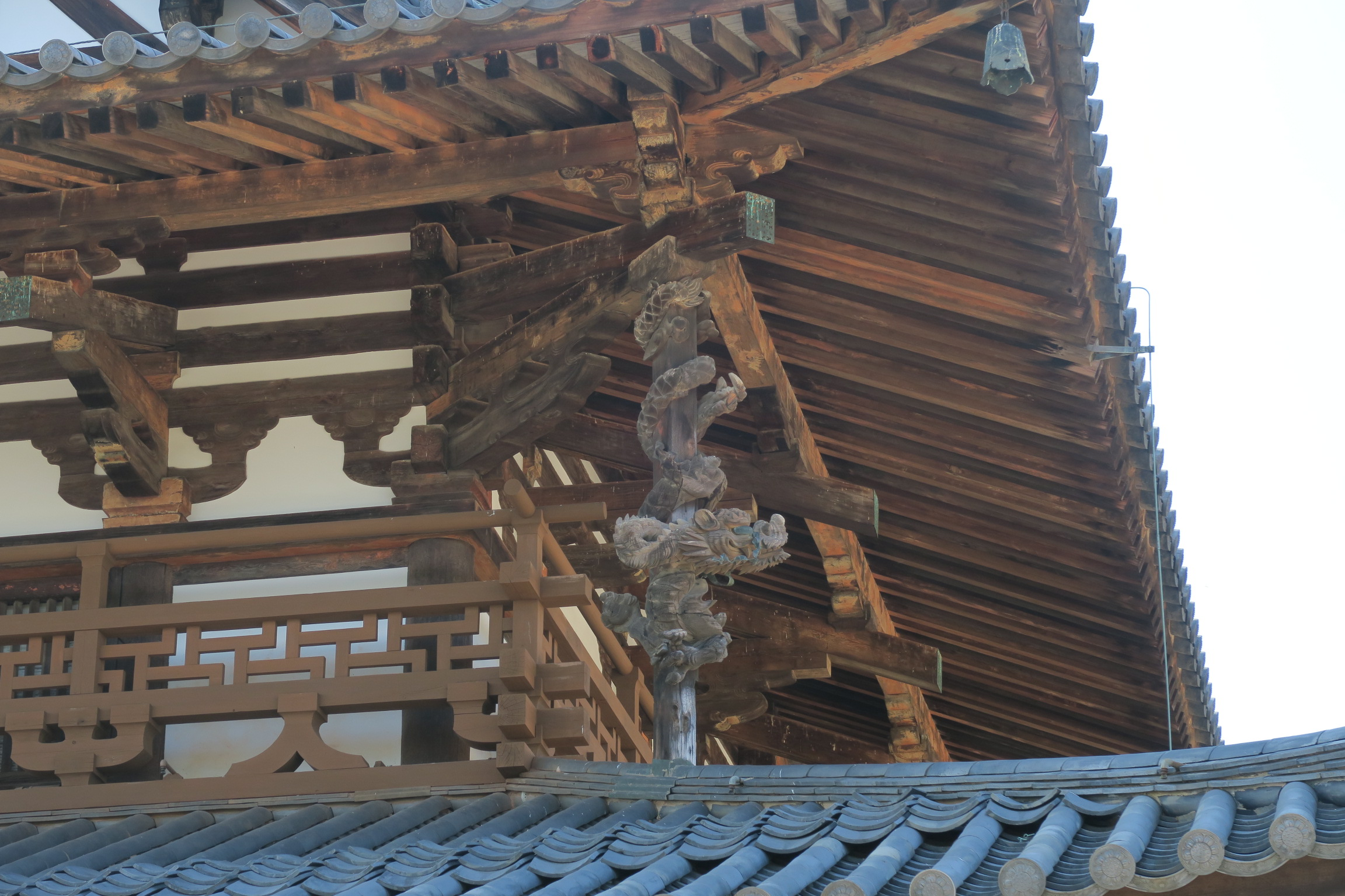 屋根の間にある「龍」は、創建当時のものではないそうで、装飾に賛否あるようですね・・・。