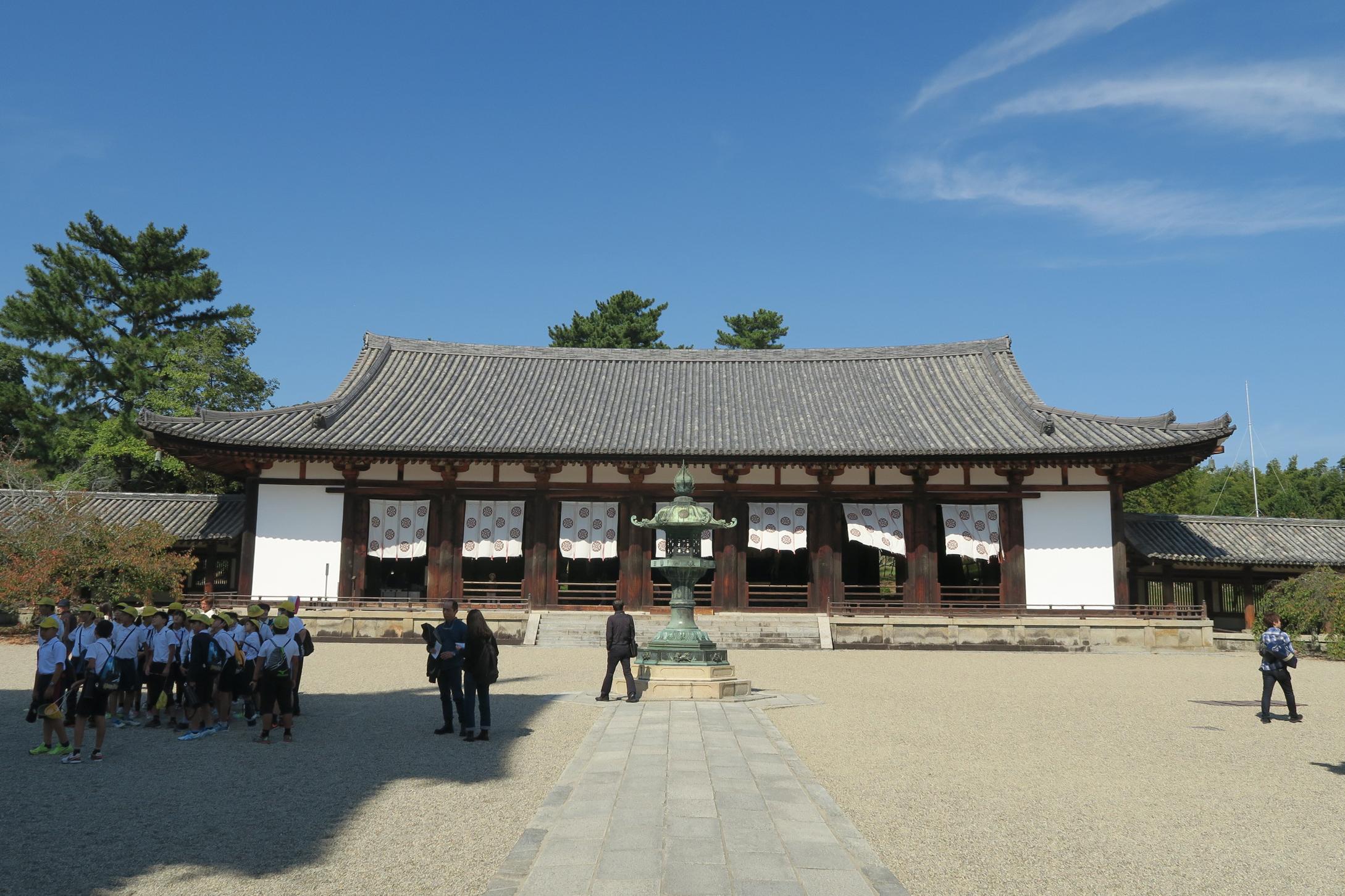 国宝の薬師三尊像が安置されている大講堂。屋根の形が美しいです。