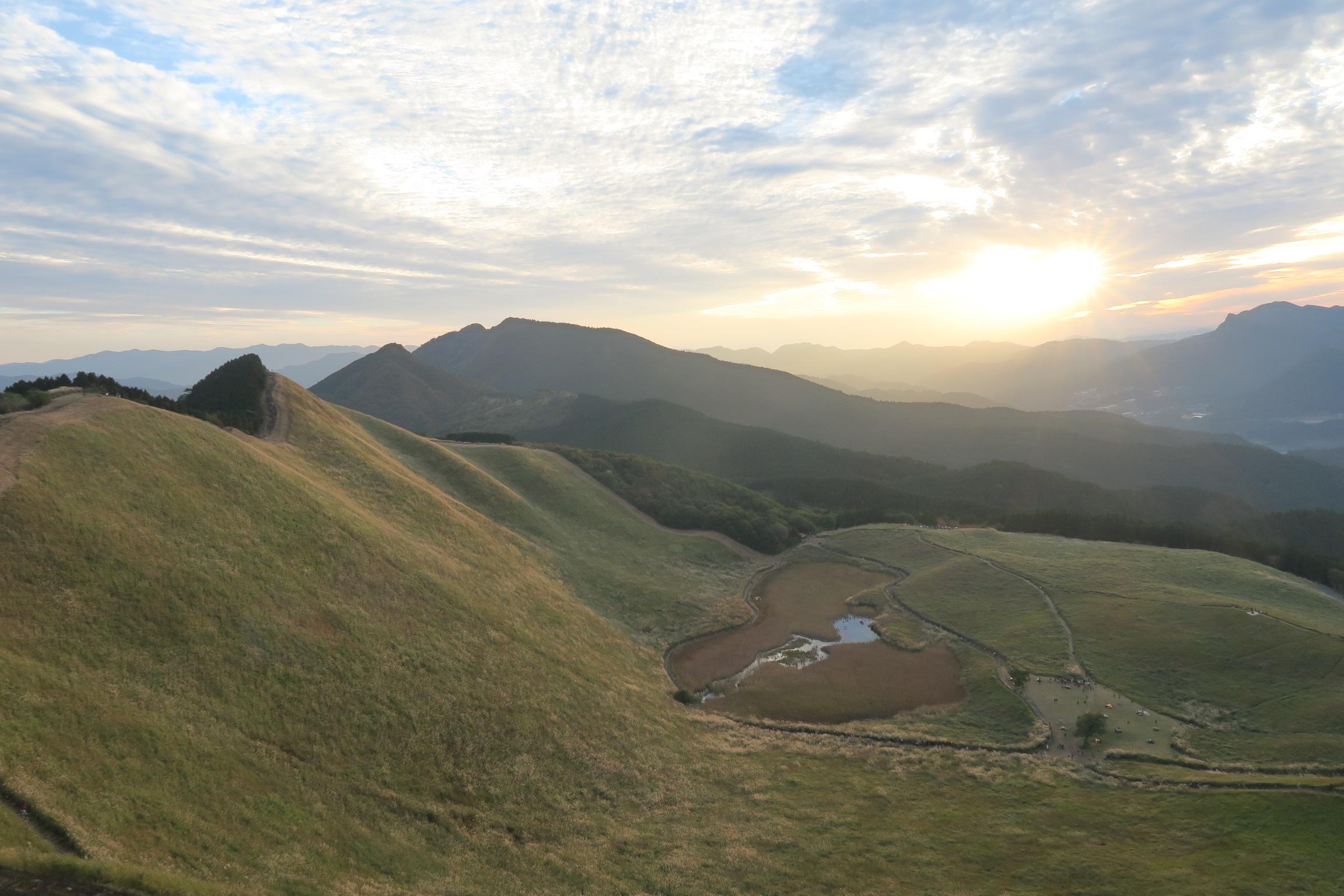 優しい光が高原を包み、美しい光景でした。