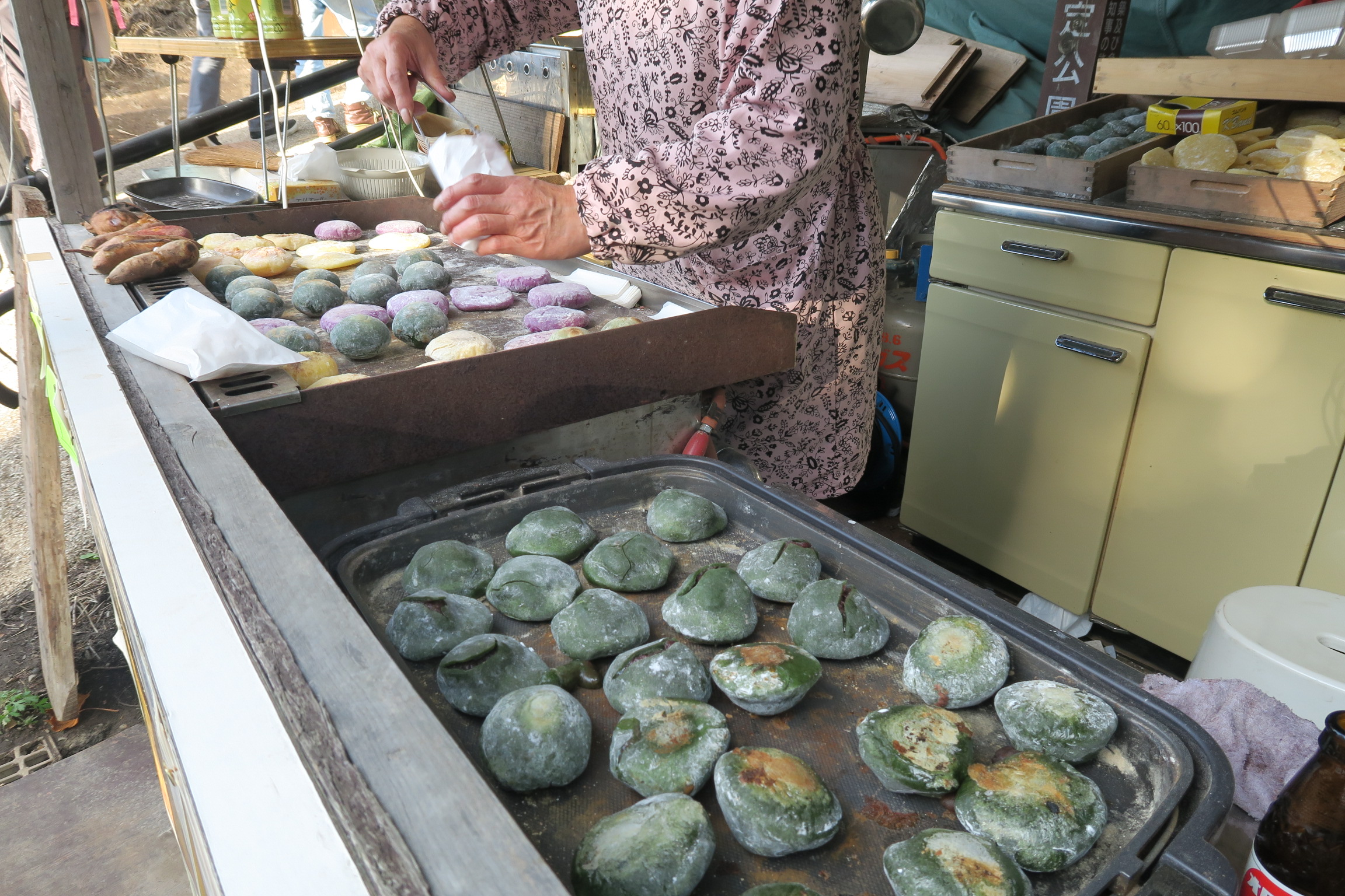 入口では、よもぎ餅やお芋が売っていますよ~。