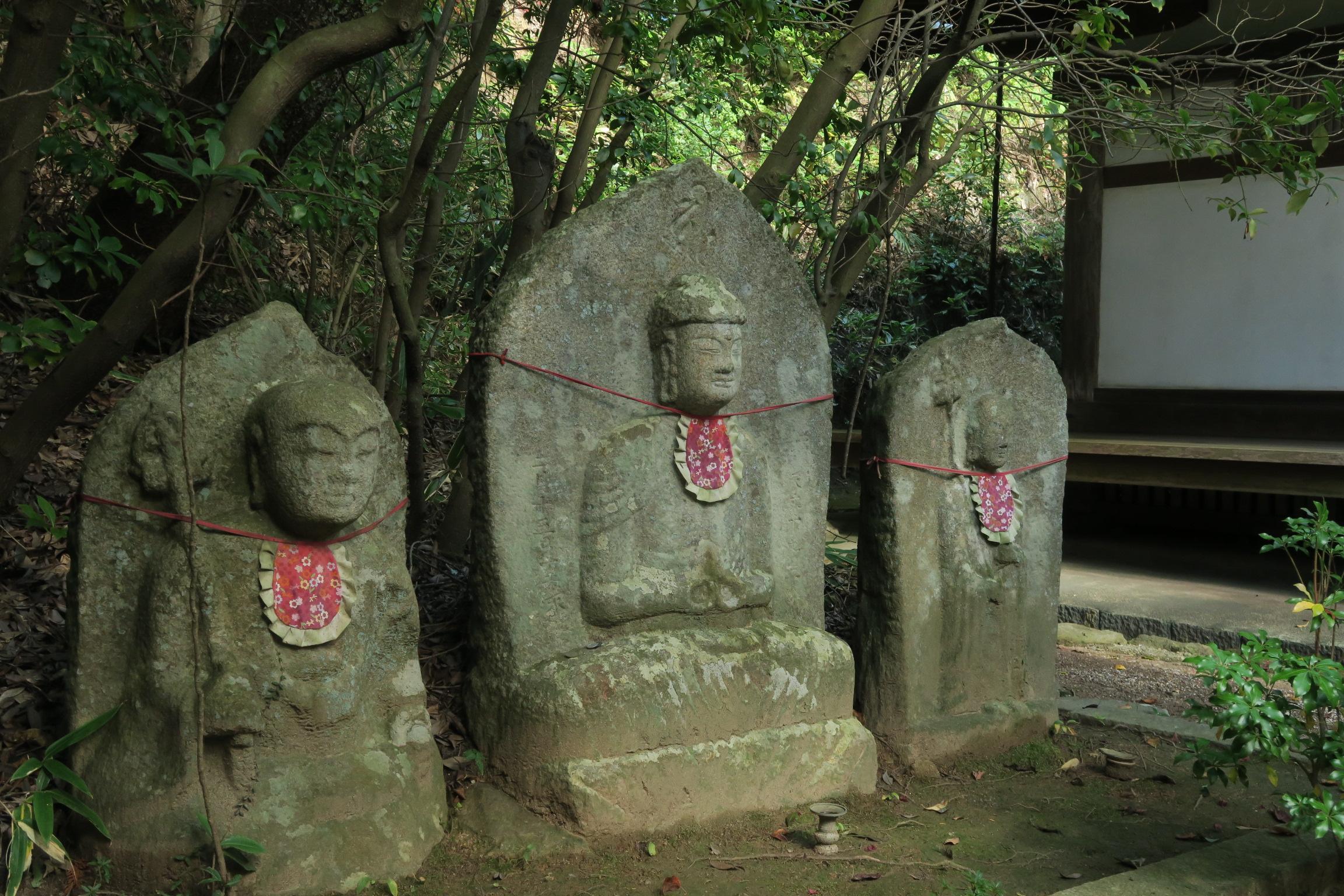 護摩堂横の3体の石仏。左から地蔵坐像、阿弥陀如来坐像、地蔵立像です。