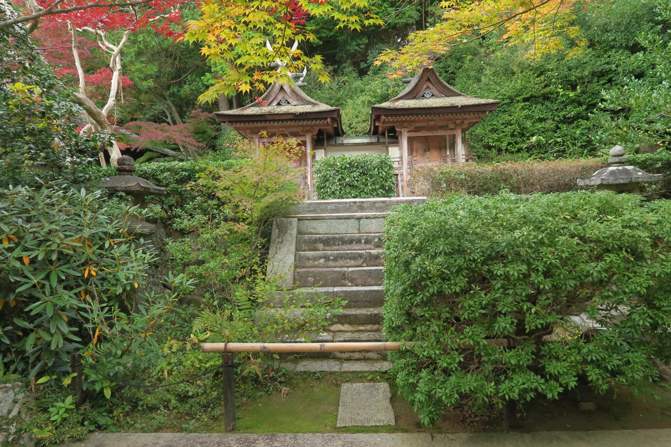 国宝の鎮守社の春日堂(左)と白山堂(右)。全国で最も古い春日造の社殿。屋根の反り、彩色に特徴がある