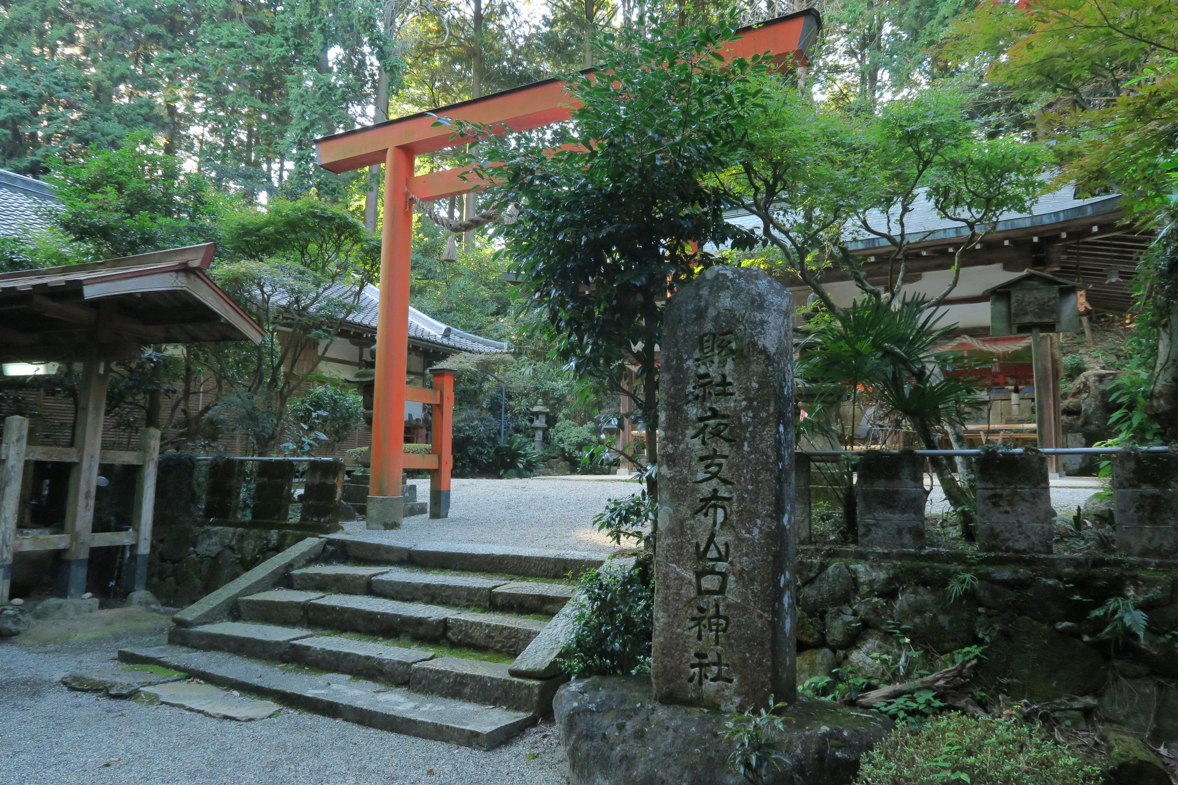 この神社は一年交代で集落の長老の家に神様の分霊をむかえる「回り明神」という行事が残っているそうです。