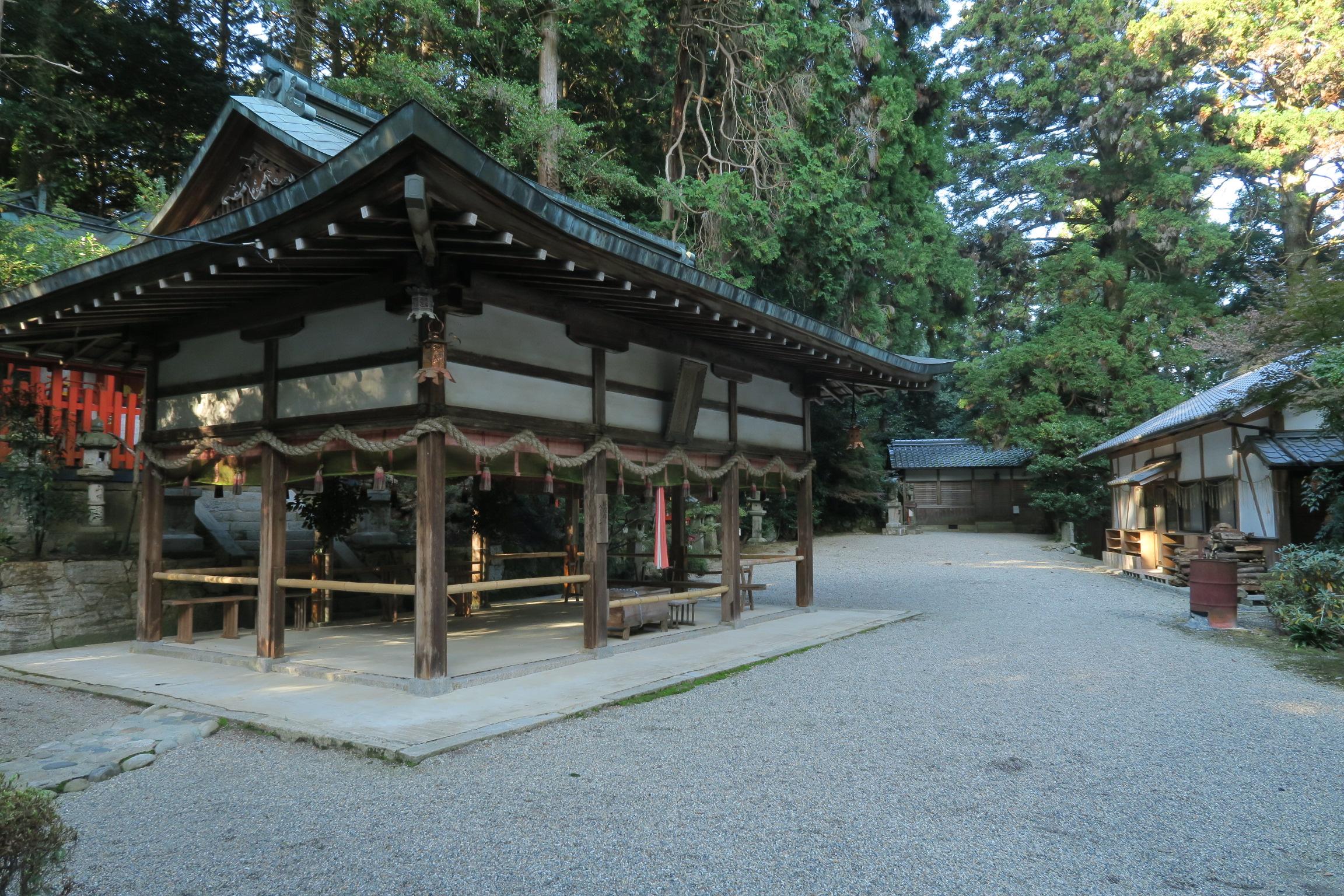人のいない神社を訪れると、小学生の頃に遊び場として利用していた神社を思い出します。