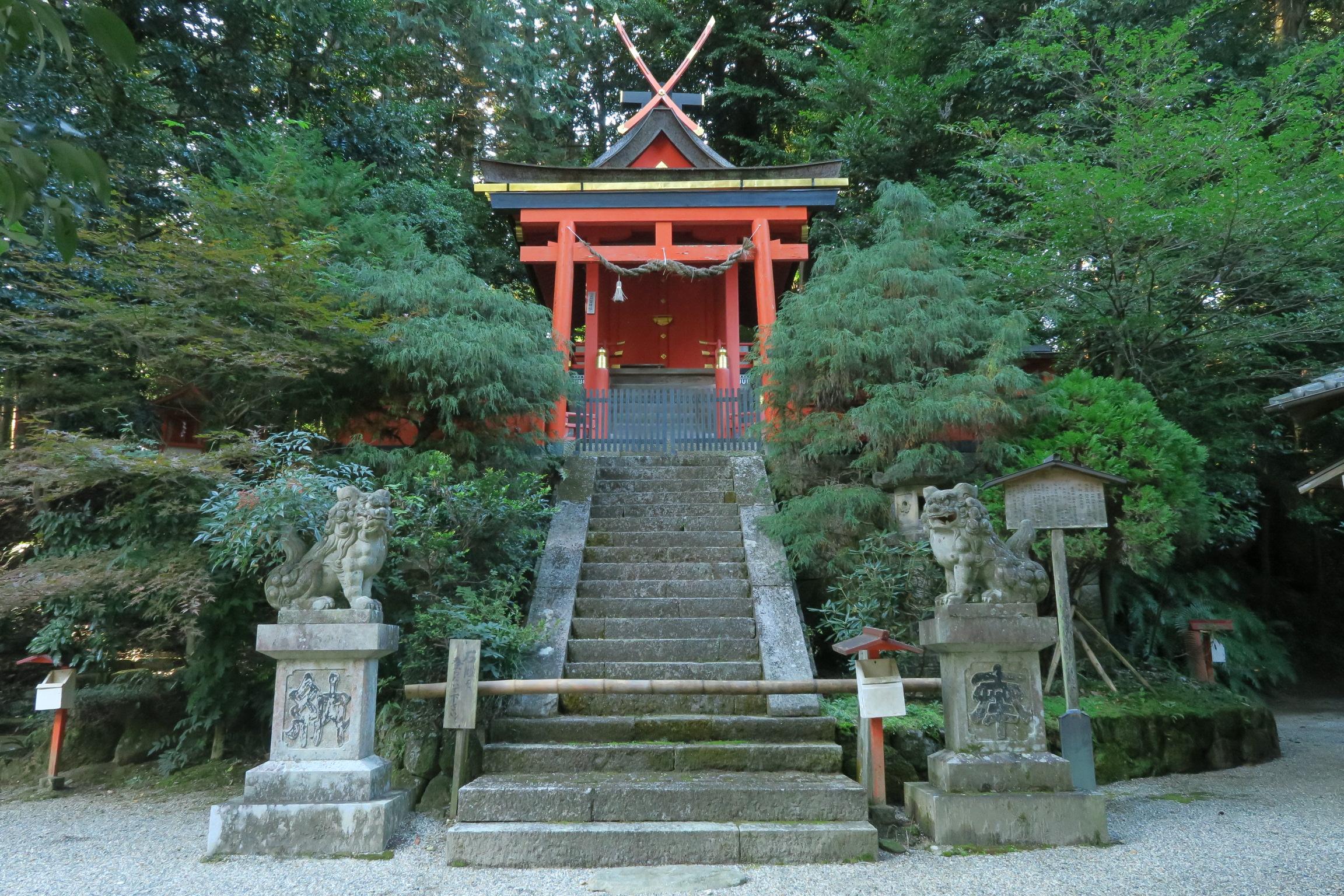 この社殿は延享四年(1747)に、春日大社の第四殿を賜ったもので、重要文化財に指定されています。