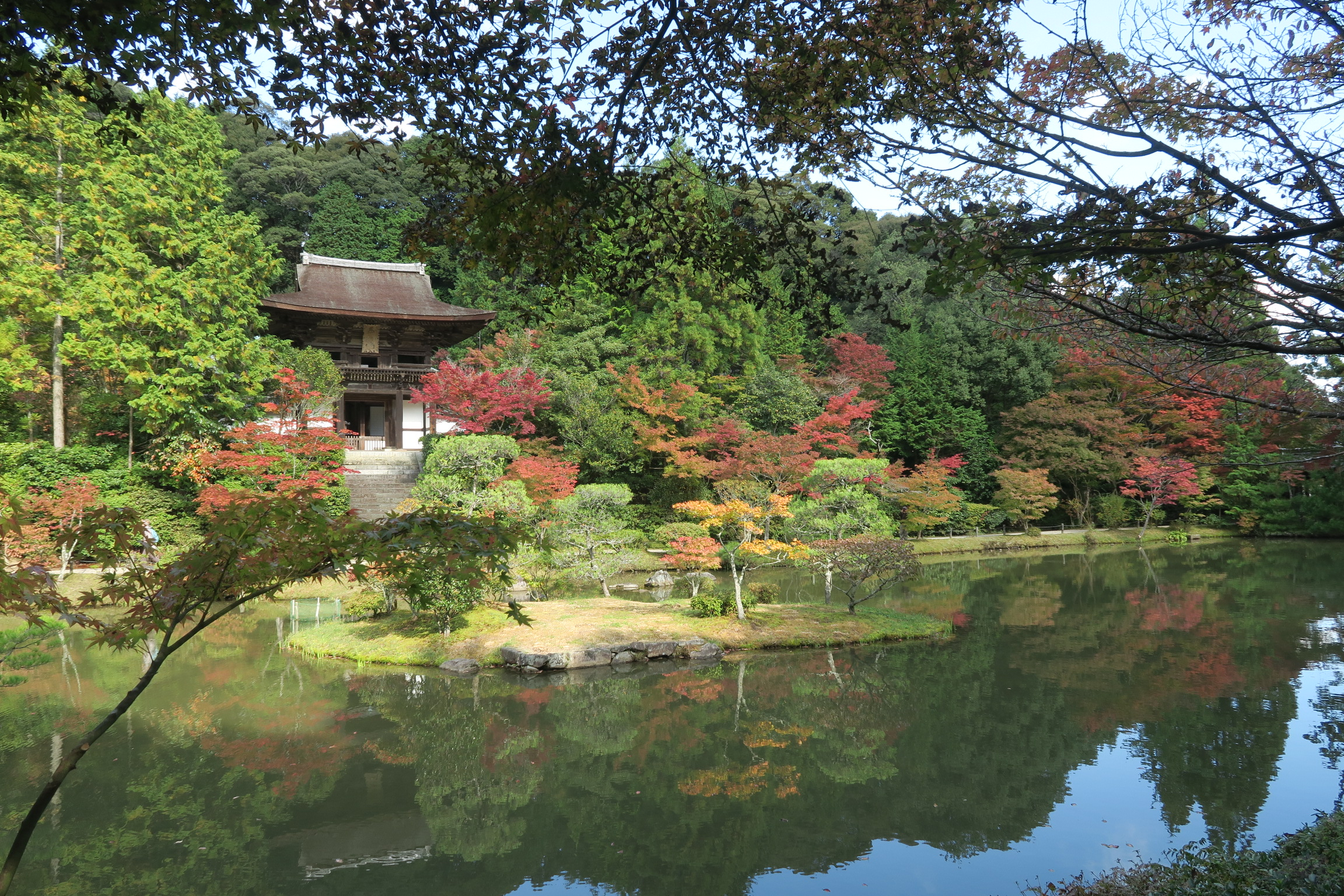 楼門周辺と池に映る紅葉も見事です。