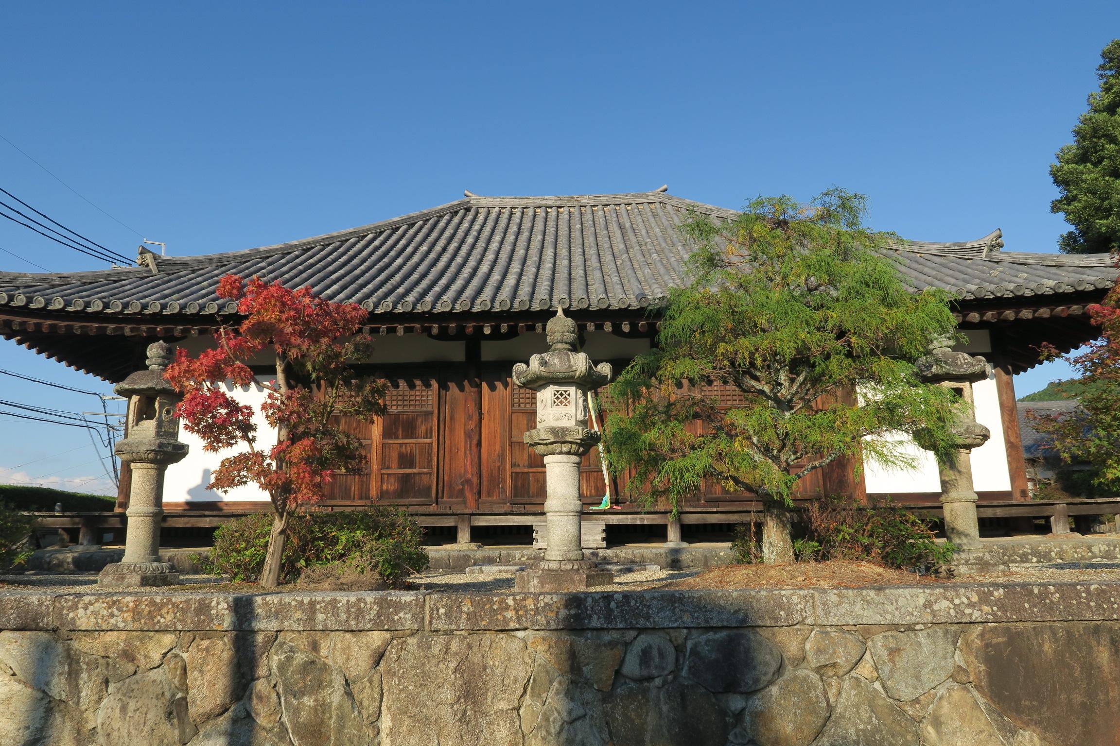 拝観には事前予約が必要で、入れませんでした。本堂には薬師如来像など多くの仏像を安置しています。