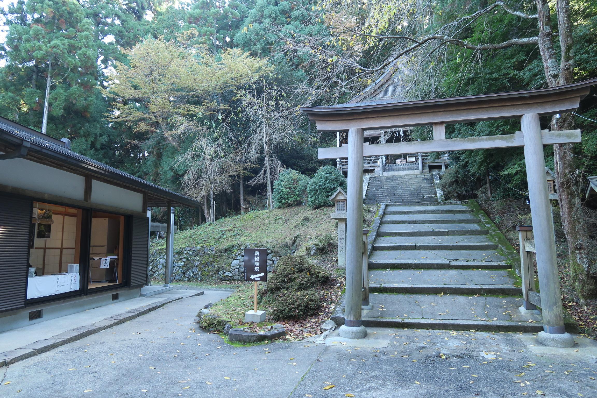 金峯神社。左の小道を下った所に「隠れ塔」があります。