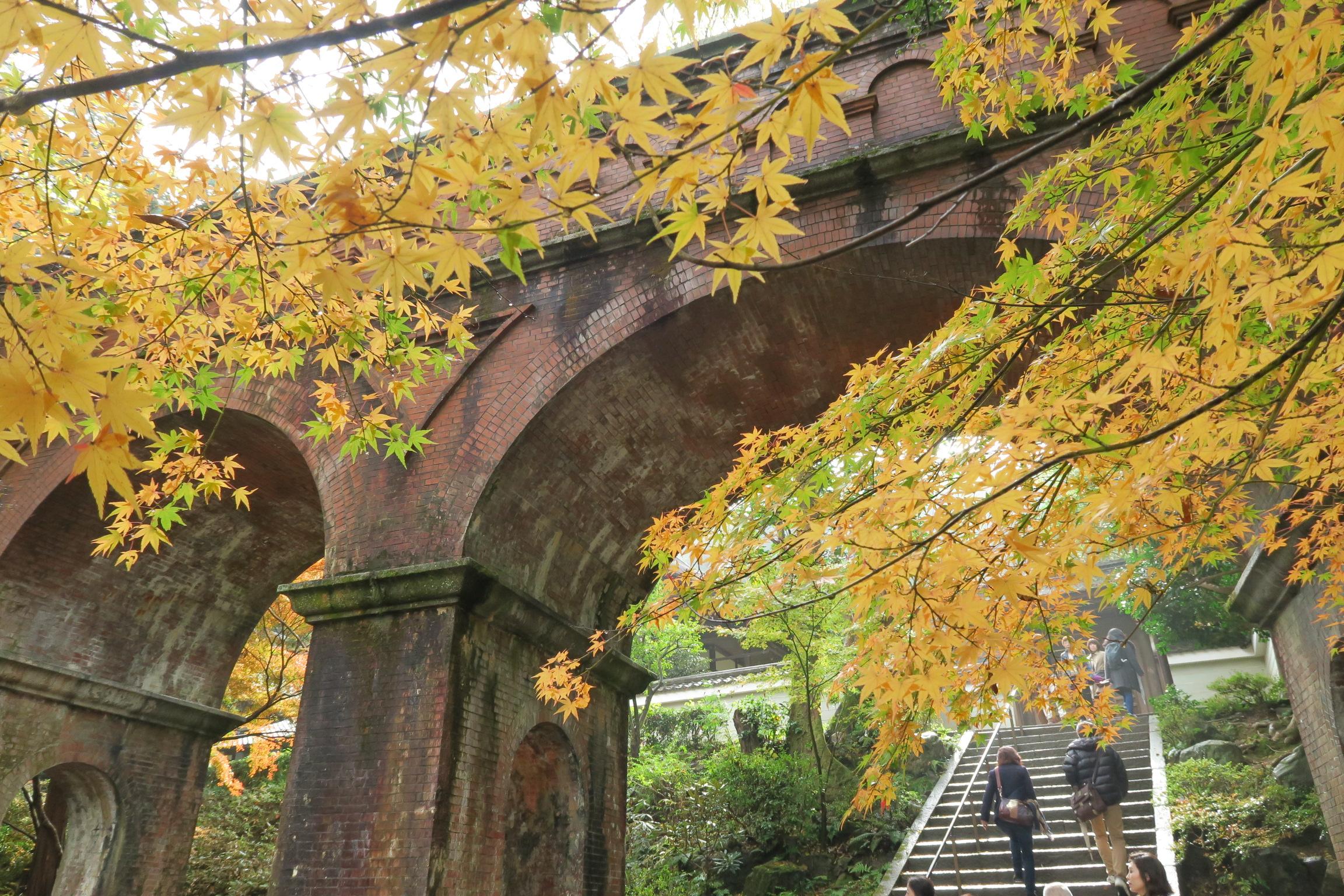 境内にある琵琶湖から引き込んだ水の流れる水道橋(水路閣)