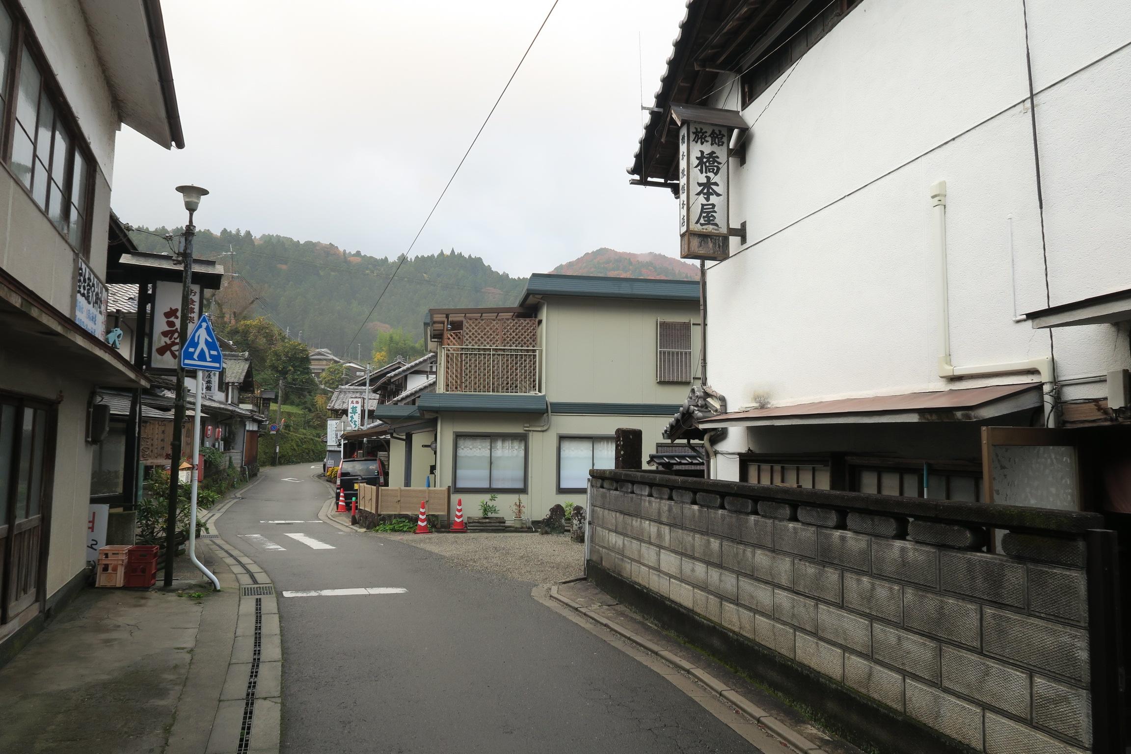 室生寺の早朝拝観に向かいます。右手の白い建物「旅館 橋本屋」奥を右手に曲がります。