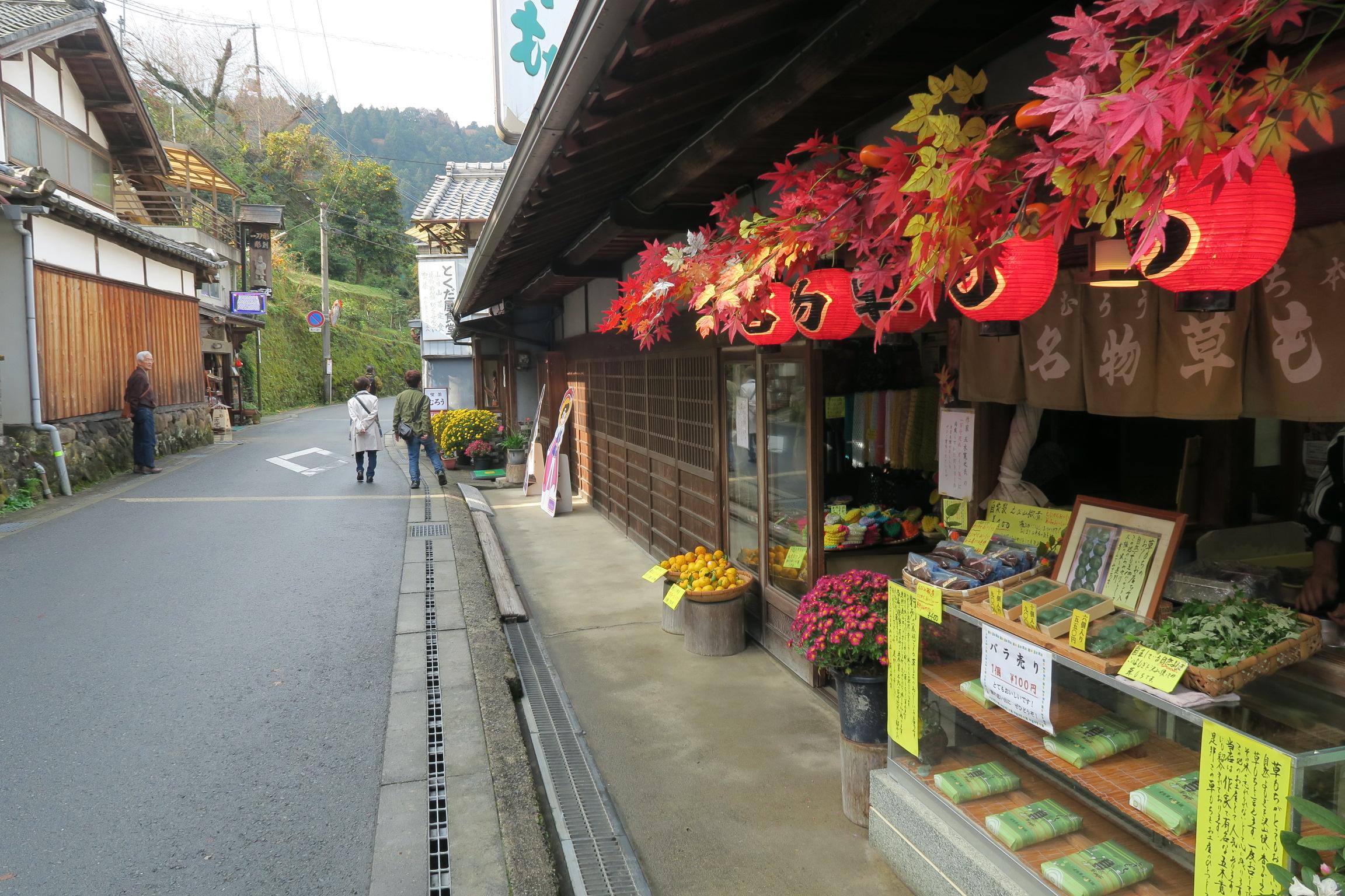 室生寺を出て太鼓橋を右手に行くと、昔ながらのお店が並んでいます。