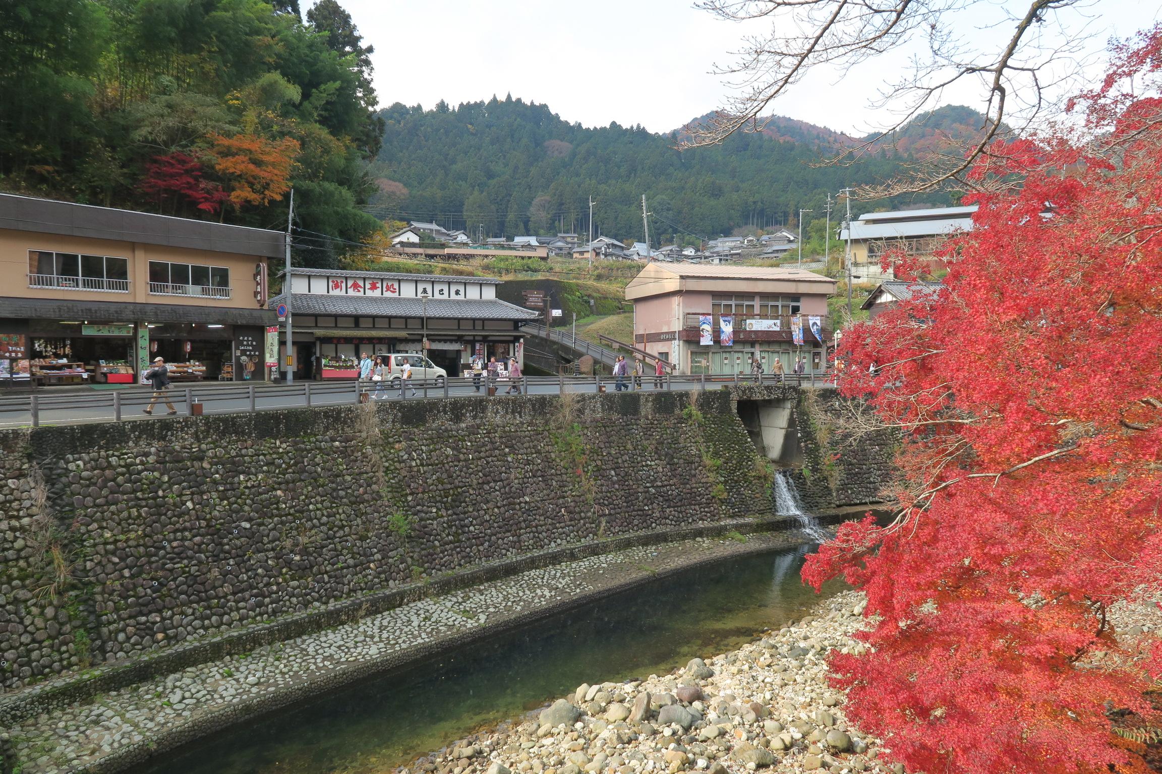 バス乗り場から多くの人が室生寺に向かって歩いています。