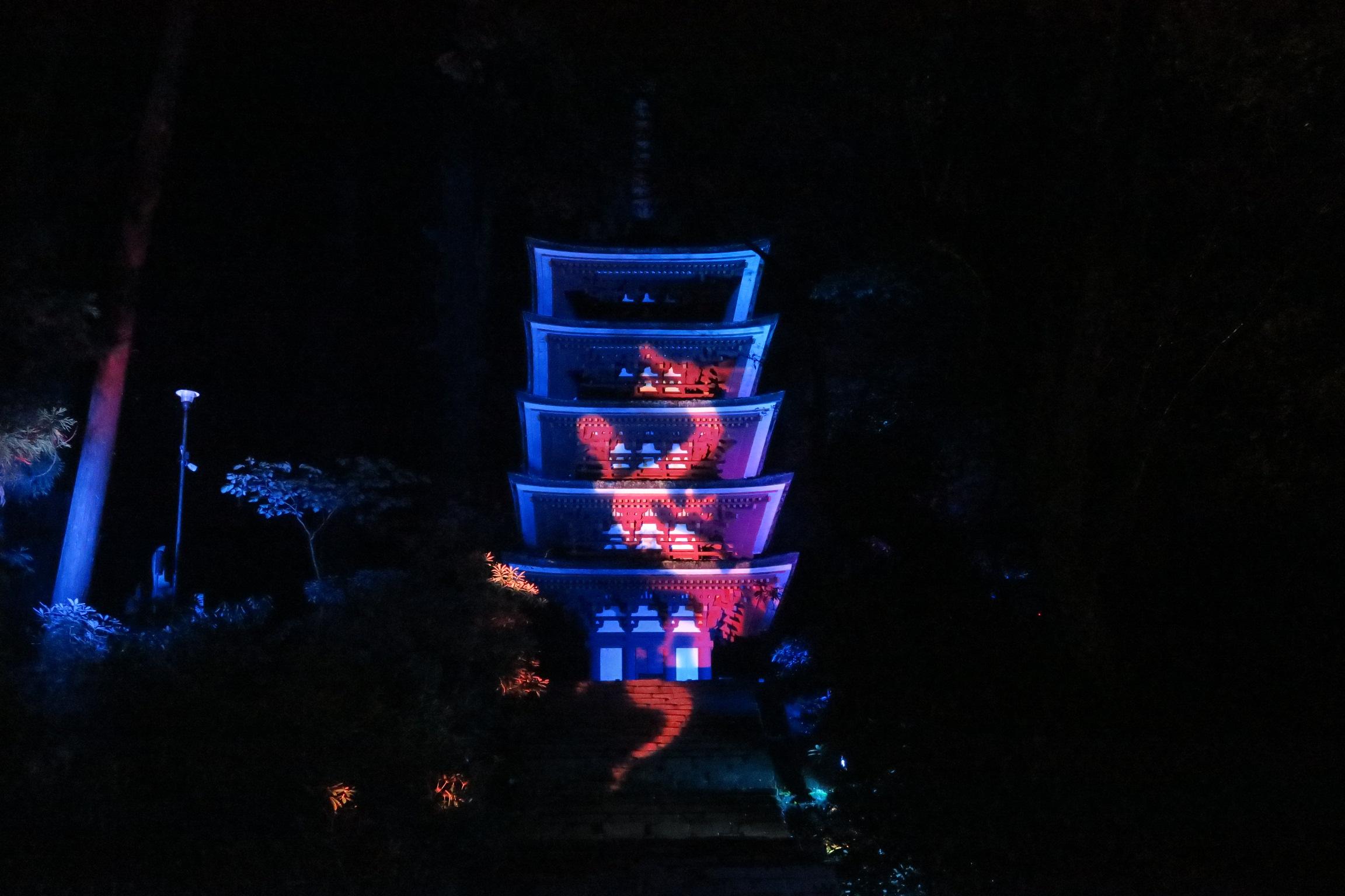 五重塔には登り龍の絵柄がライトアップされていました。