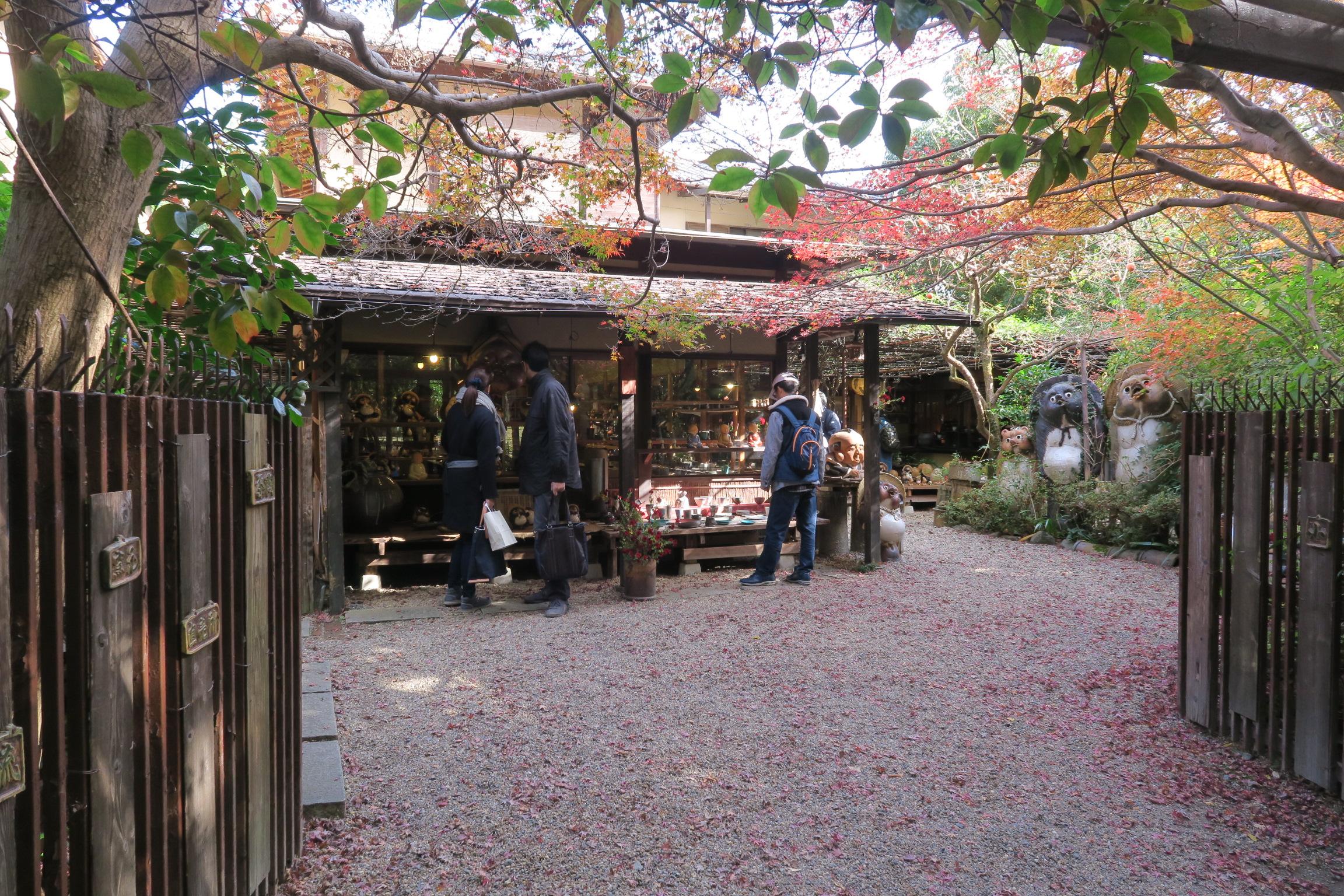 常寂光寺から祇王寺の途中にある小陶苑。素朴な焼き物が多く、人気のあるお店です。