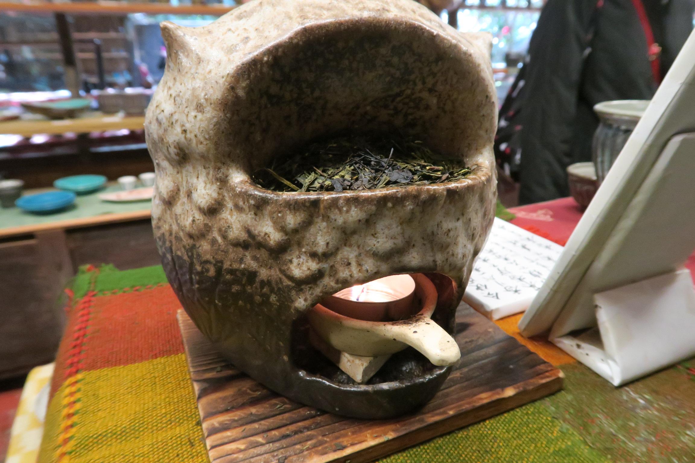 お茶のいい香り漂う店内。フクロウの置物の後ろでこのように香りを漂わせていました。