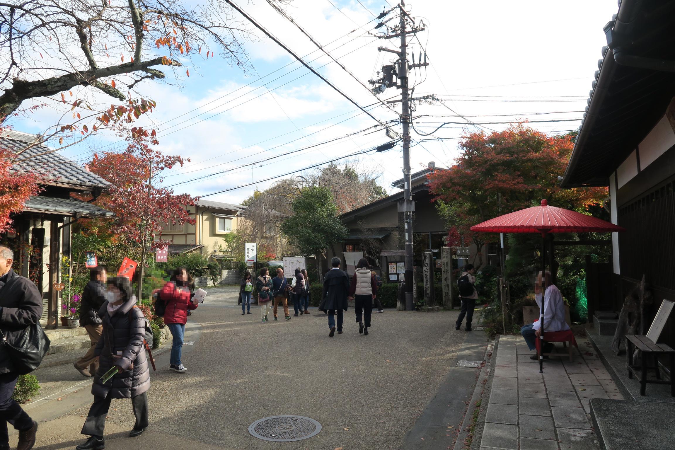 祇王寺から下ってくるとお店が何件かあります。渡月橋付近は混んでいるのでお昼はこの辺りがいいかも。