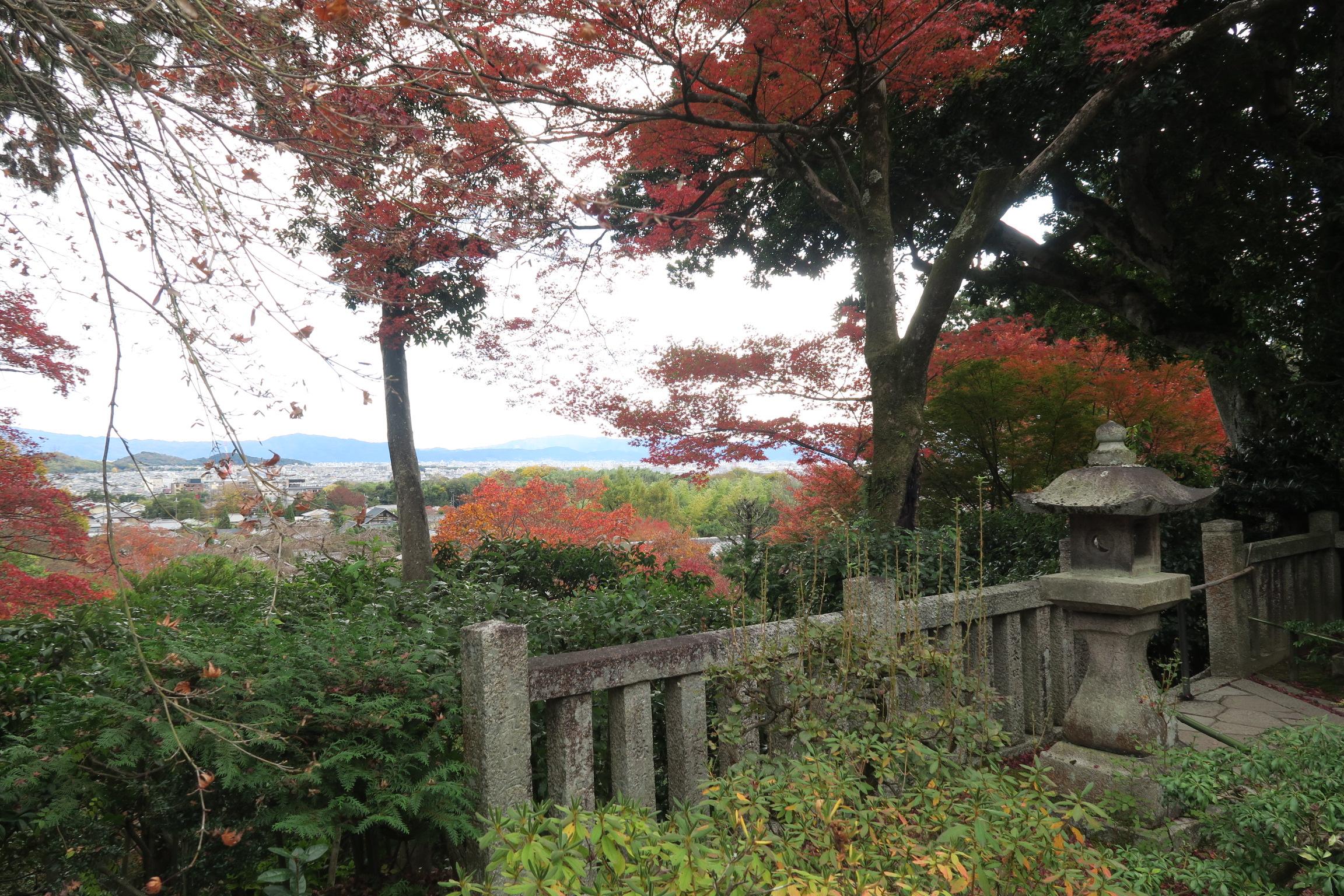 境内にある展望台。嵯峨野を一望できまる展望所があります。