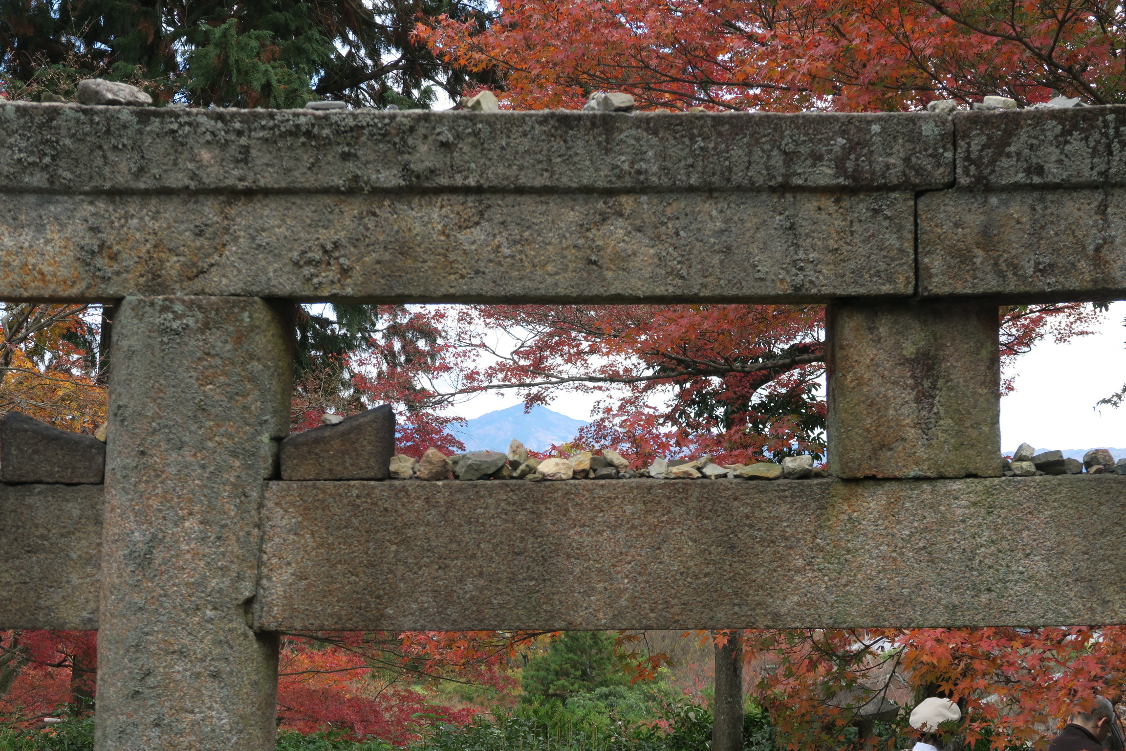 常寂光寺の妙見大菩薩縁起の鳥居。鳥居の上に石を乗せれると、願いが叶うらしいのですが・・・。