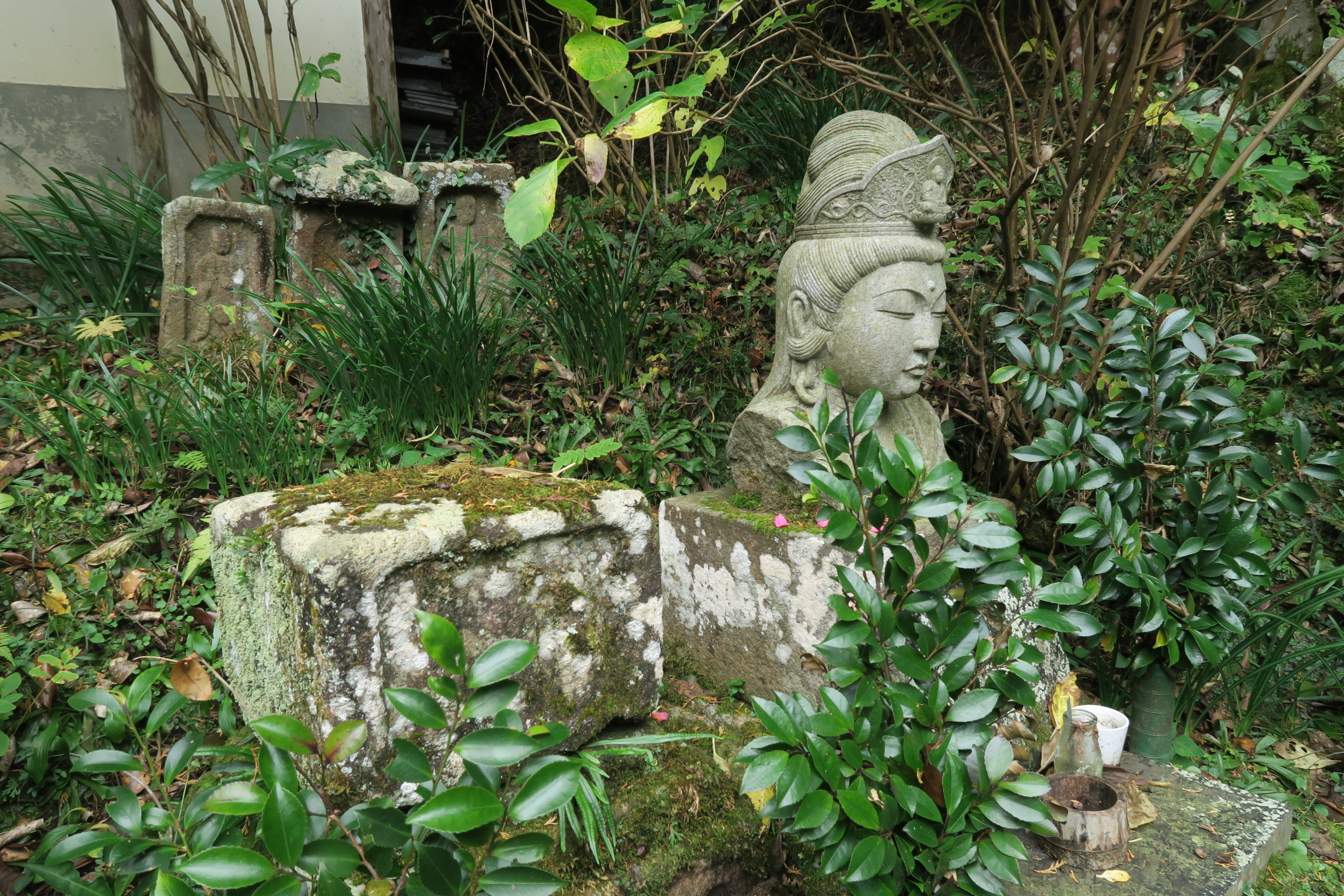 境内にも石仏がたくさん安置されています。