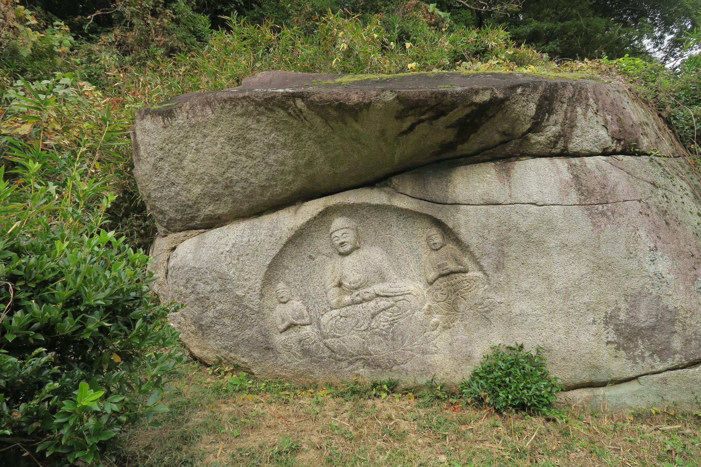 わらいぼとけ。当尾(とうの)の石仏の中でも有名な阿弥陀三尊像です。