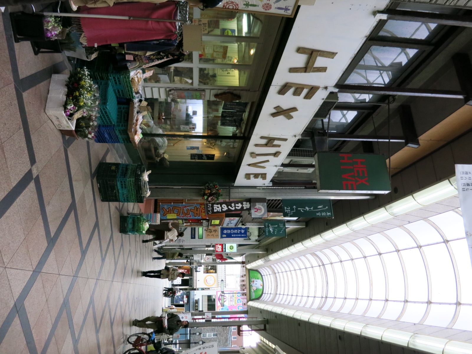 左手には、奈良県産の野菜やジャム、お豆腐なども売られた、古着屋さん「HEX HIVE」もあります。