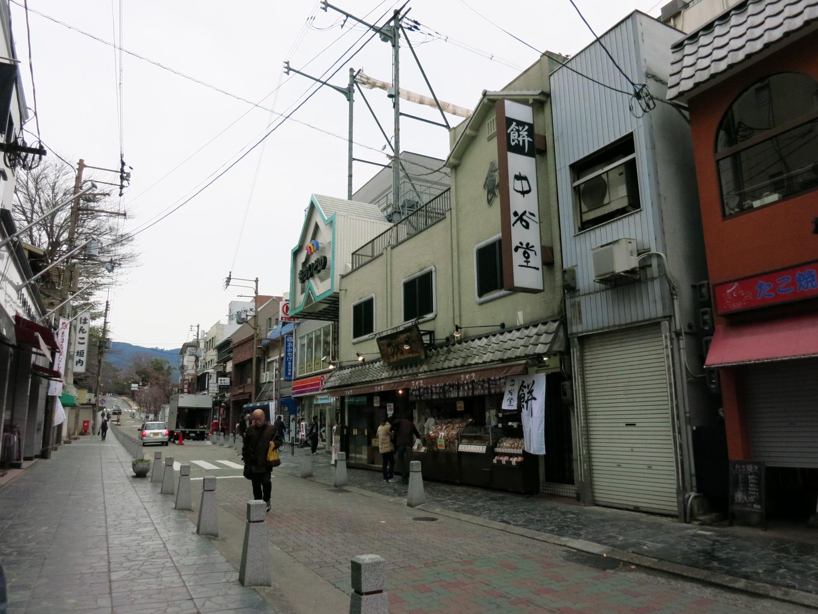 突き当りの三条通を左に曲がり、 よもぎ餅で有名な中谷堂さんを通り過ぎたすぐの道を右折します。