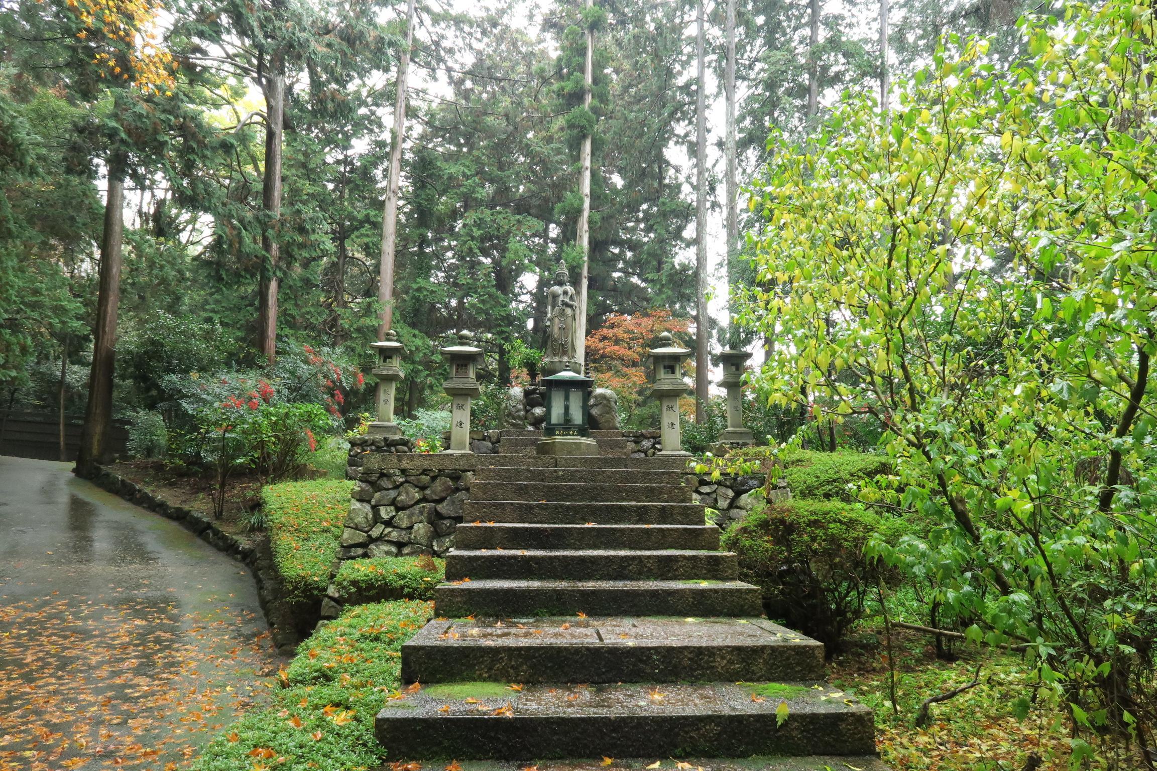 この辺りは青蓮院親王御陵(宮内庁管轄)と功績ある祖師の御墓があります。