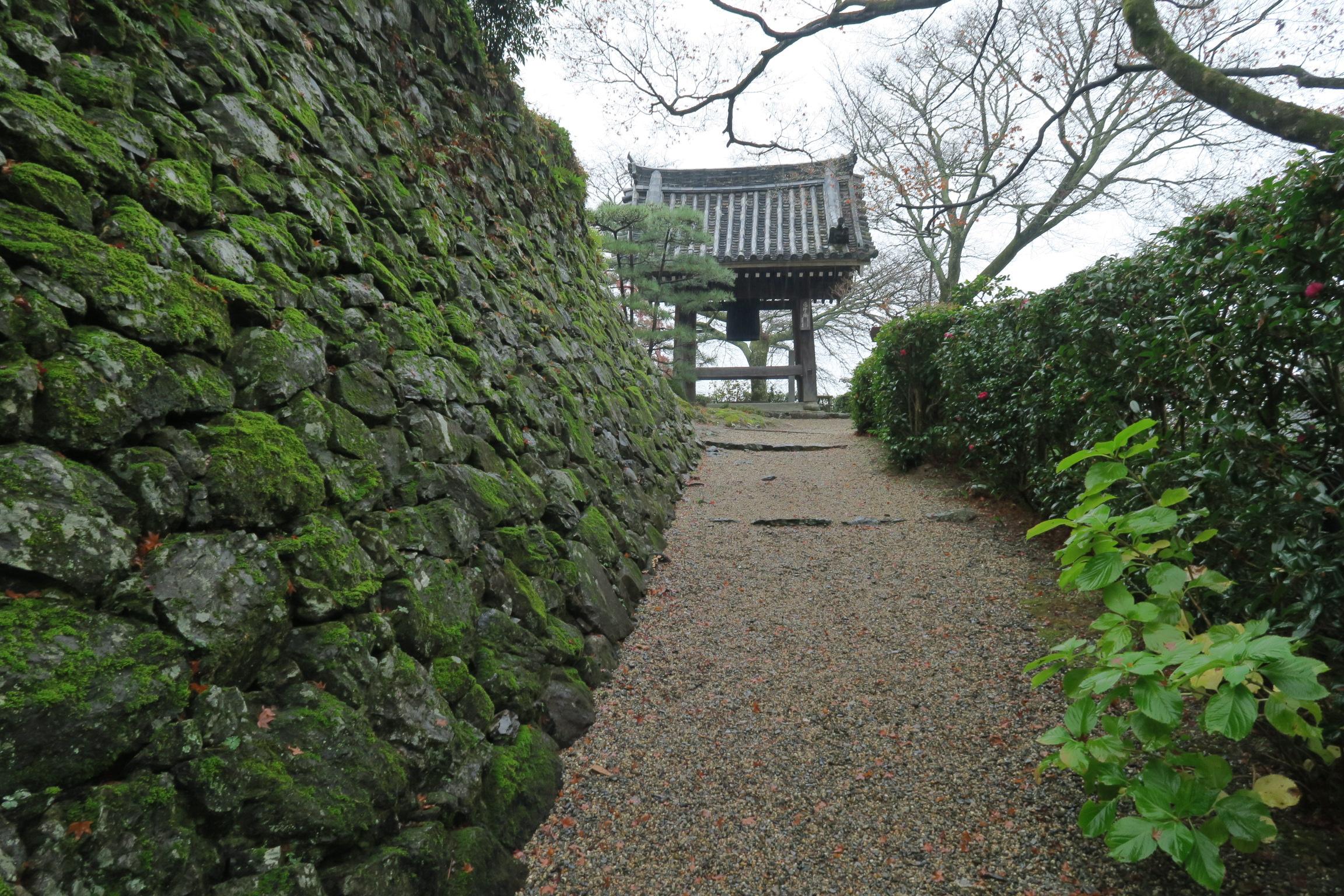 """鐘楼堂(つりがね堂)。桂昌院により建立。徳川綱吉の厄年に寄進され、""""厄除けの鐘""""と伝わります。"""