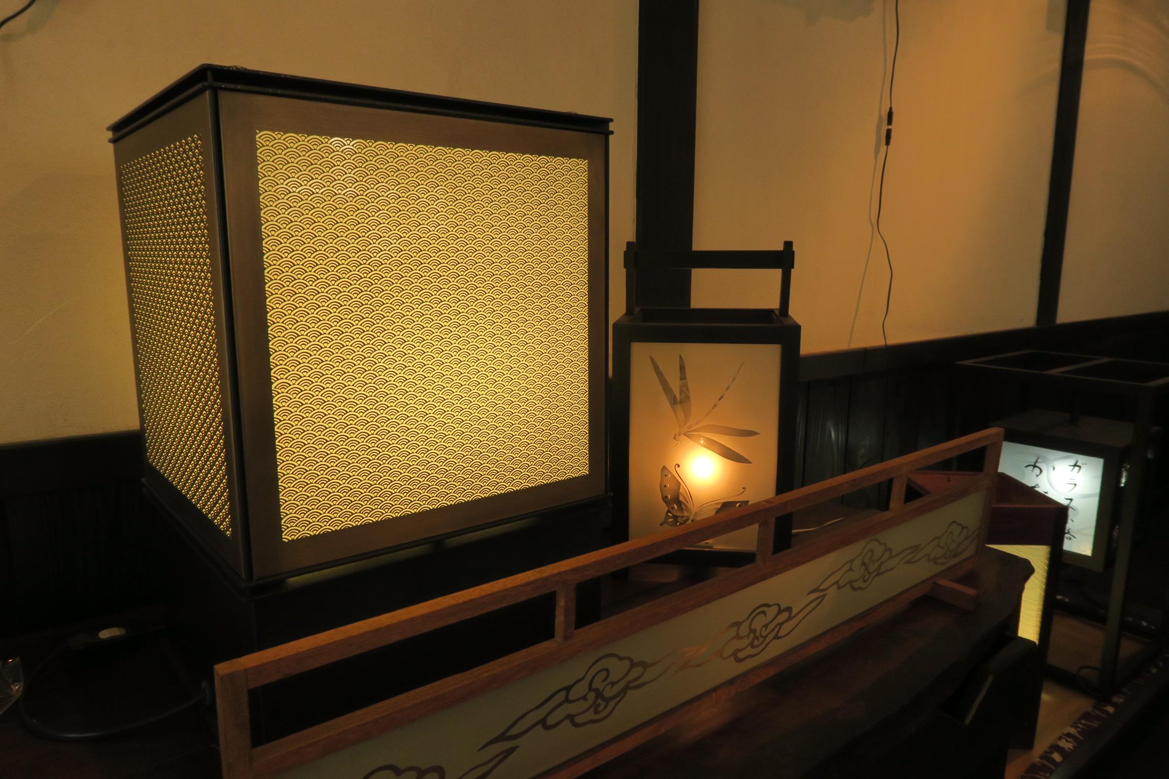 梶村工芸の店内。ガラスに彫られた美しい模様が温かい光に照らされていました。※撮影許可を取りました。