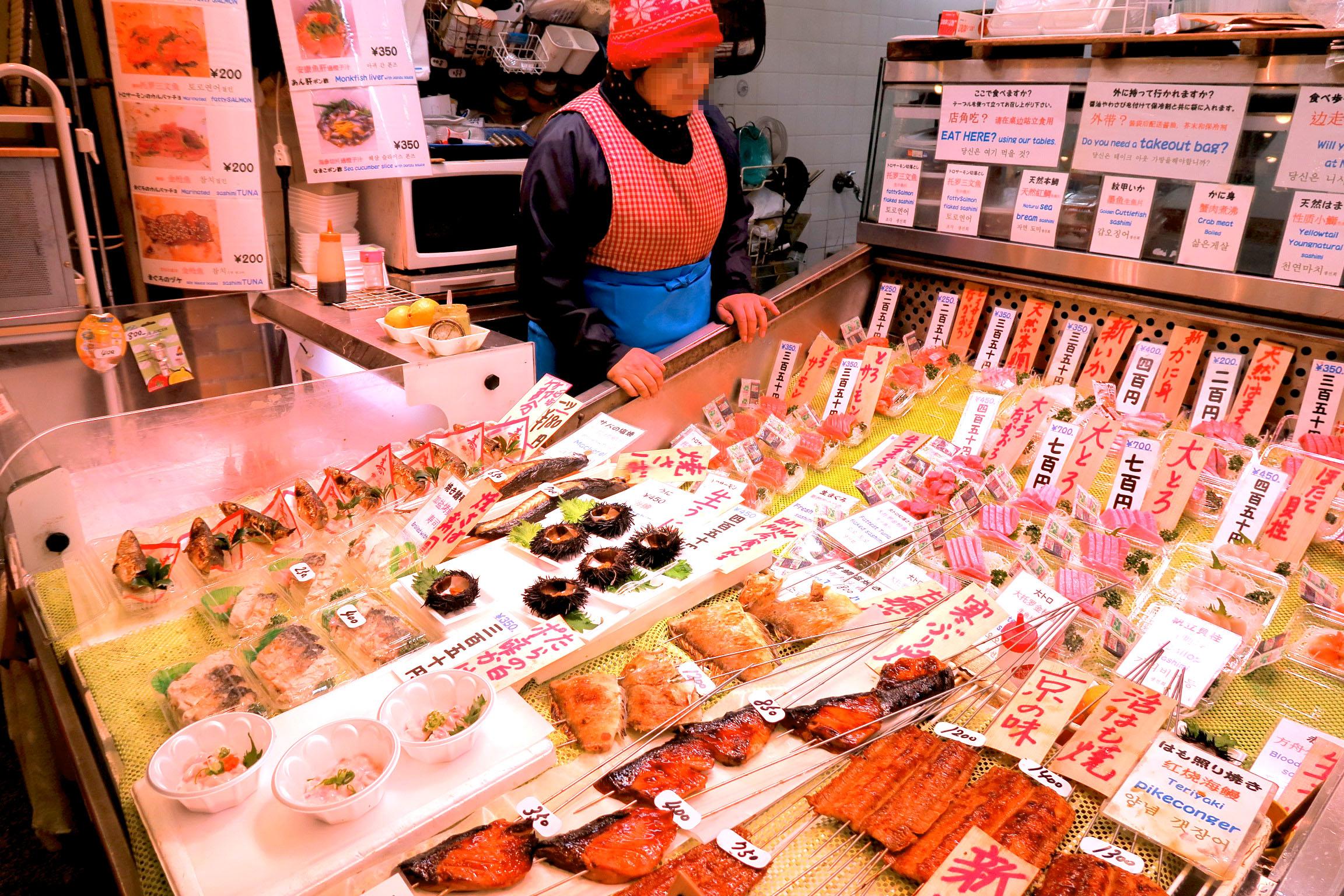 生うに450円。たらの白子ポン酢かけ350円。焼きサバ寿し250円~。ここで食べればよかったなぁ。。