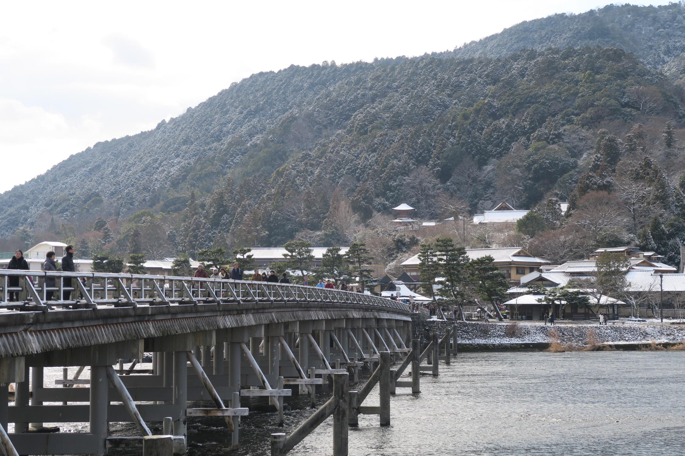 山や屋根が白く色づいた嵐山も素敵ですね。。。法輪寺の多宝塔も雪に覆われています。