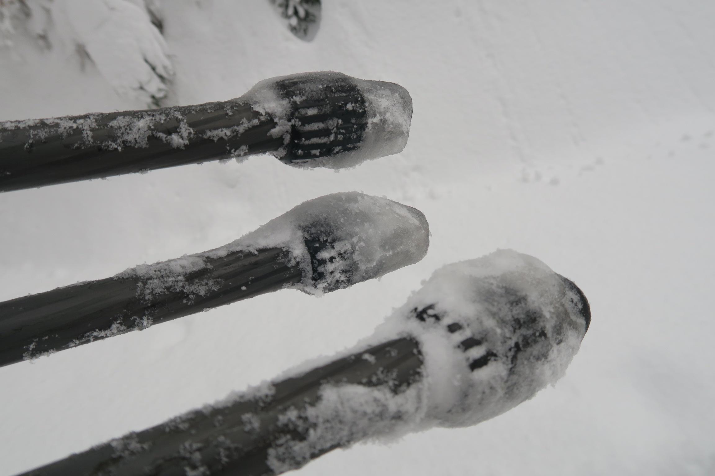 体力消耗を抑えるため三脚は雪道をひきづって下山。カッチコチ。