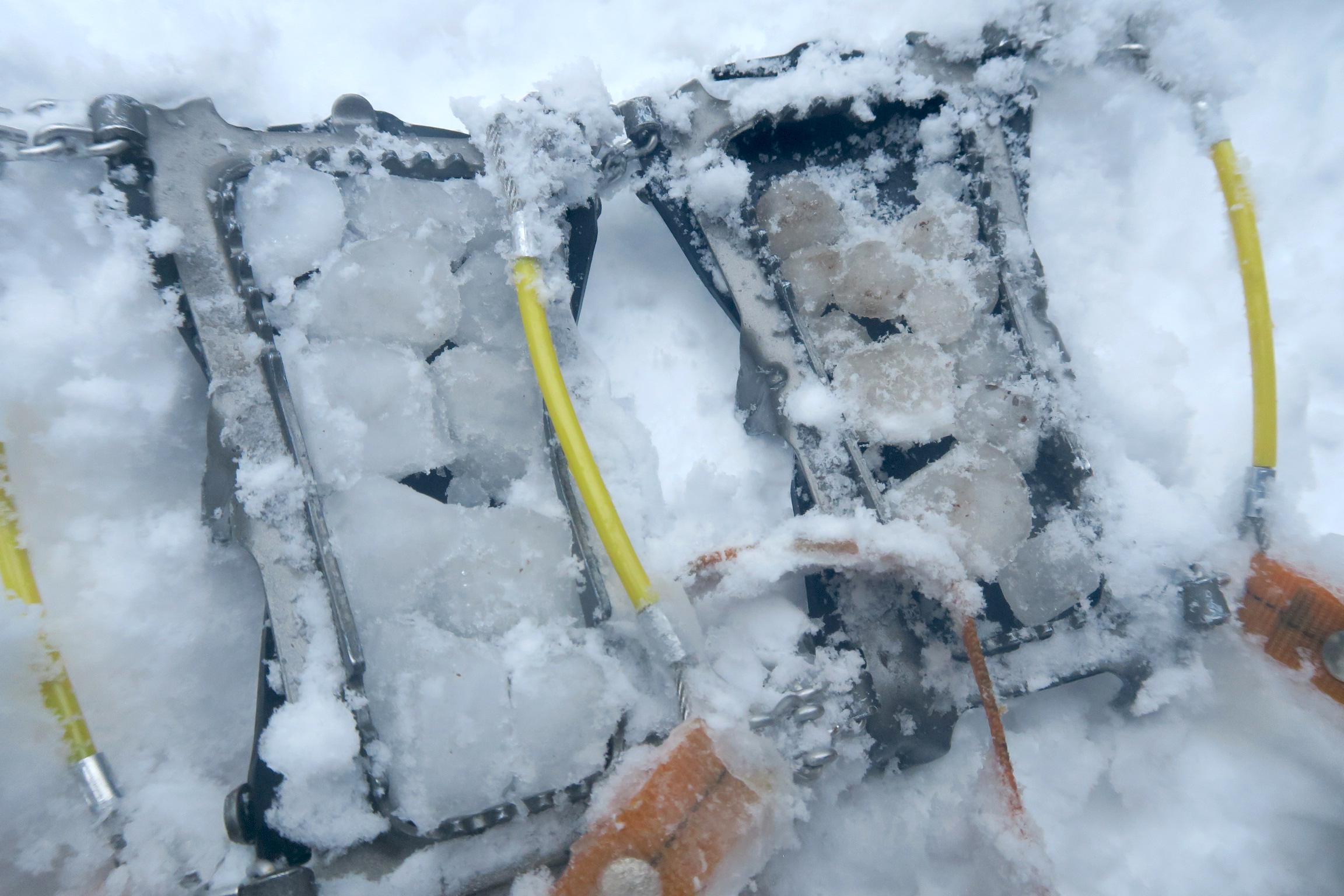 アイゼンを取ると、靴との間に氷の玉が。なぜか左側の氷がきれい。。。