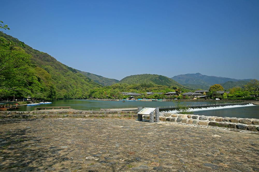 新緑の嵐山も爽やかでいい感じですよ!今日は嵯峨野の奥にある祇王寺に行ってみたいと思います。