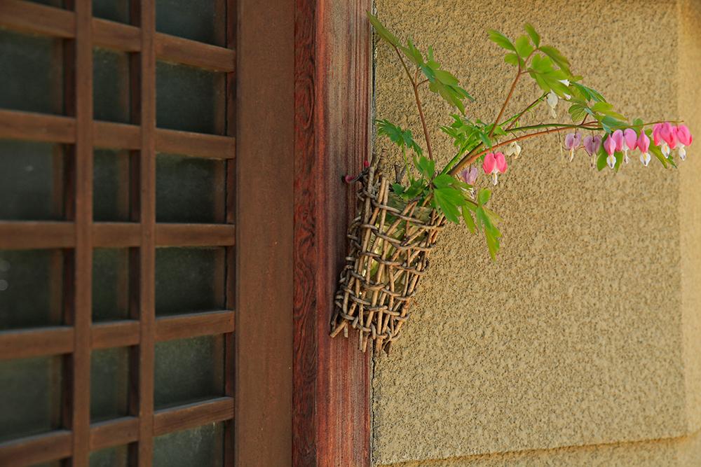 玄関に置かれた一輪挿しに可愛らしいケマンソウが。心のゆとりを感じてしまいます。。。