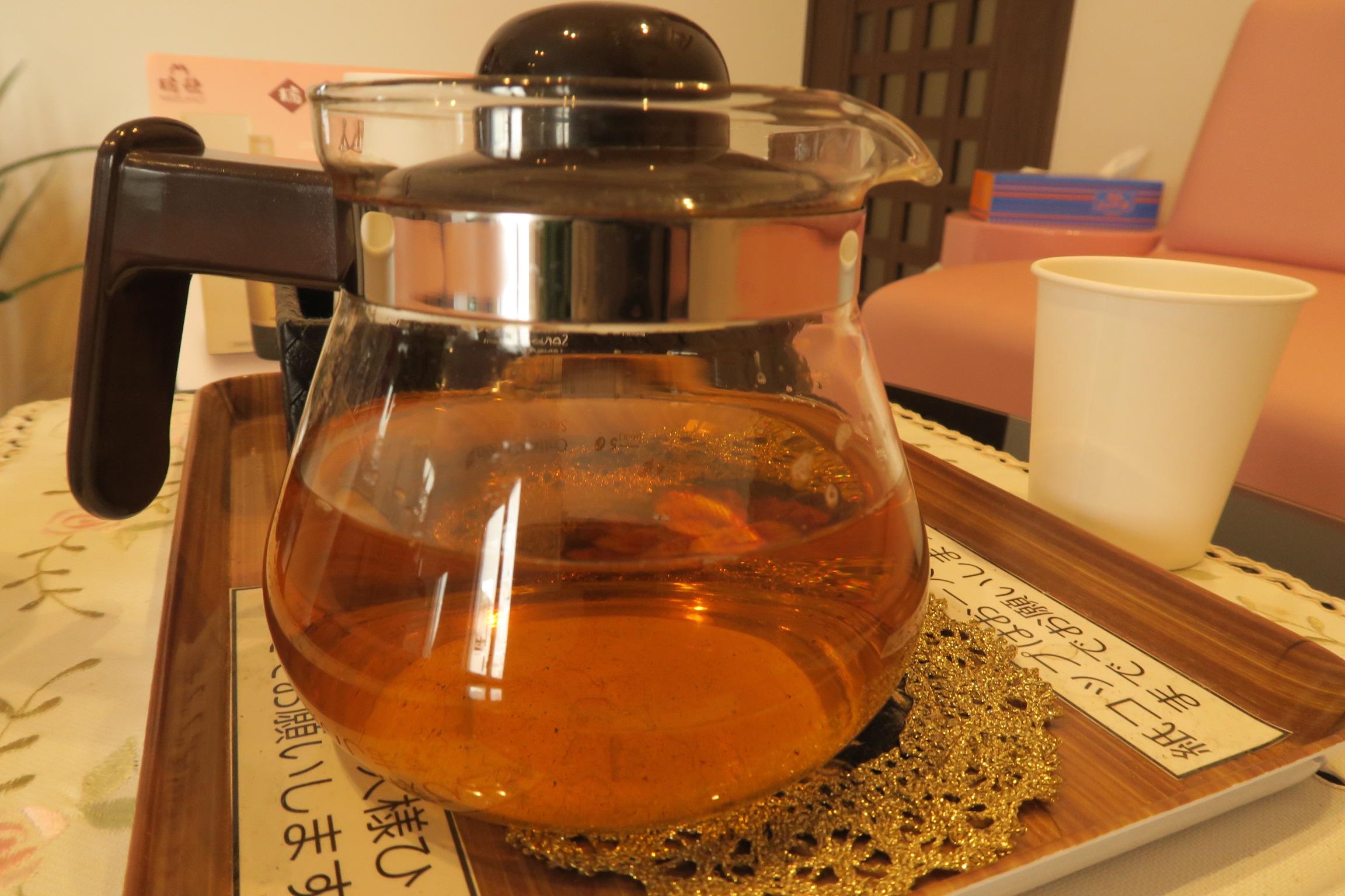 酵素ドリンクと水分補給のためのお茶が用意されています。