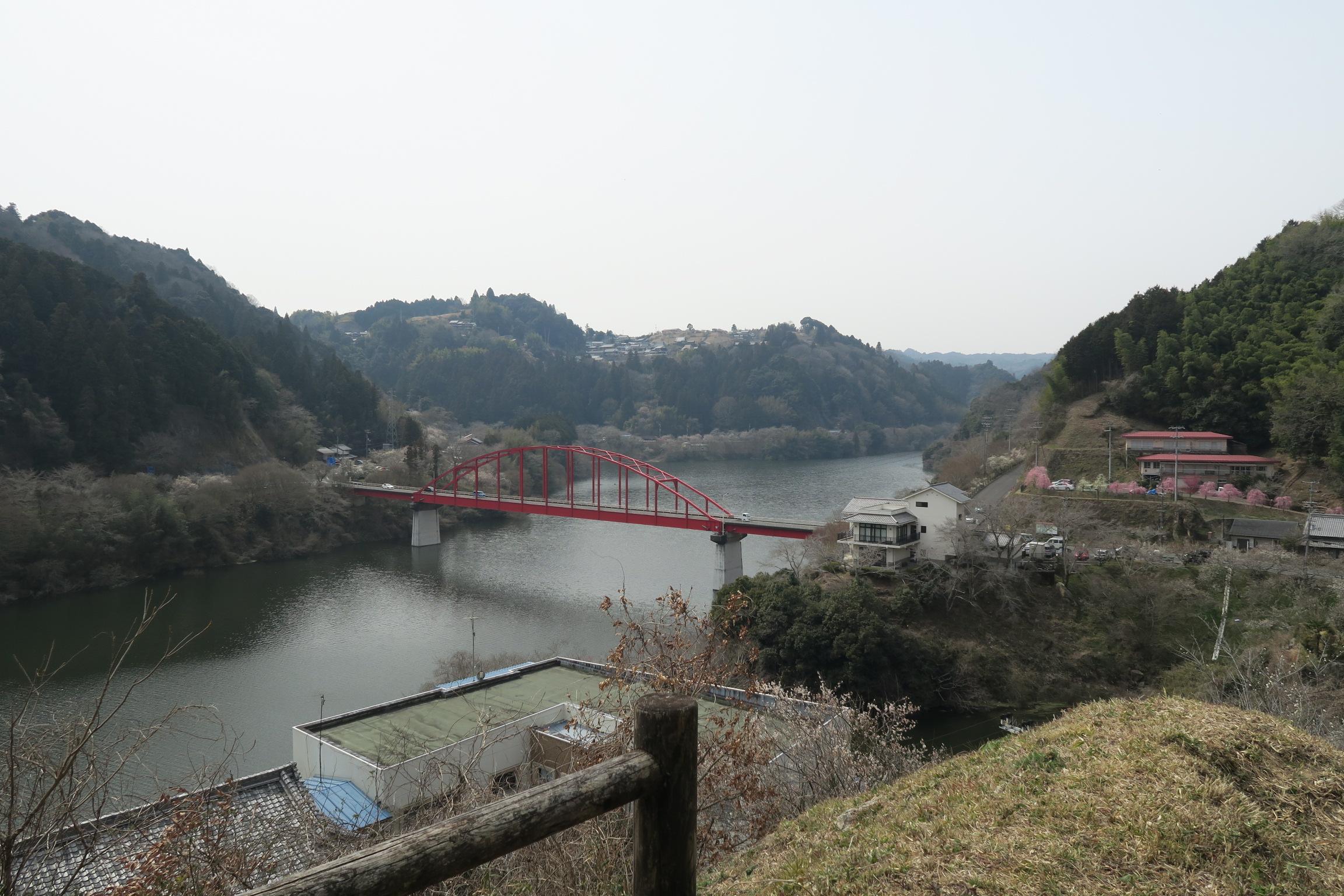 鮮やかな朱色の月ヶ瀬橋。