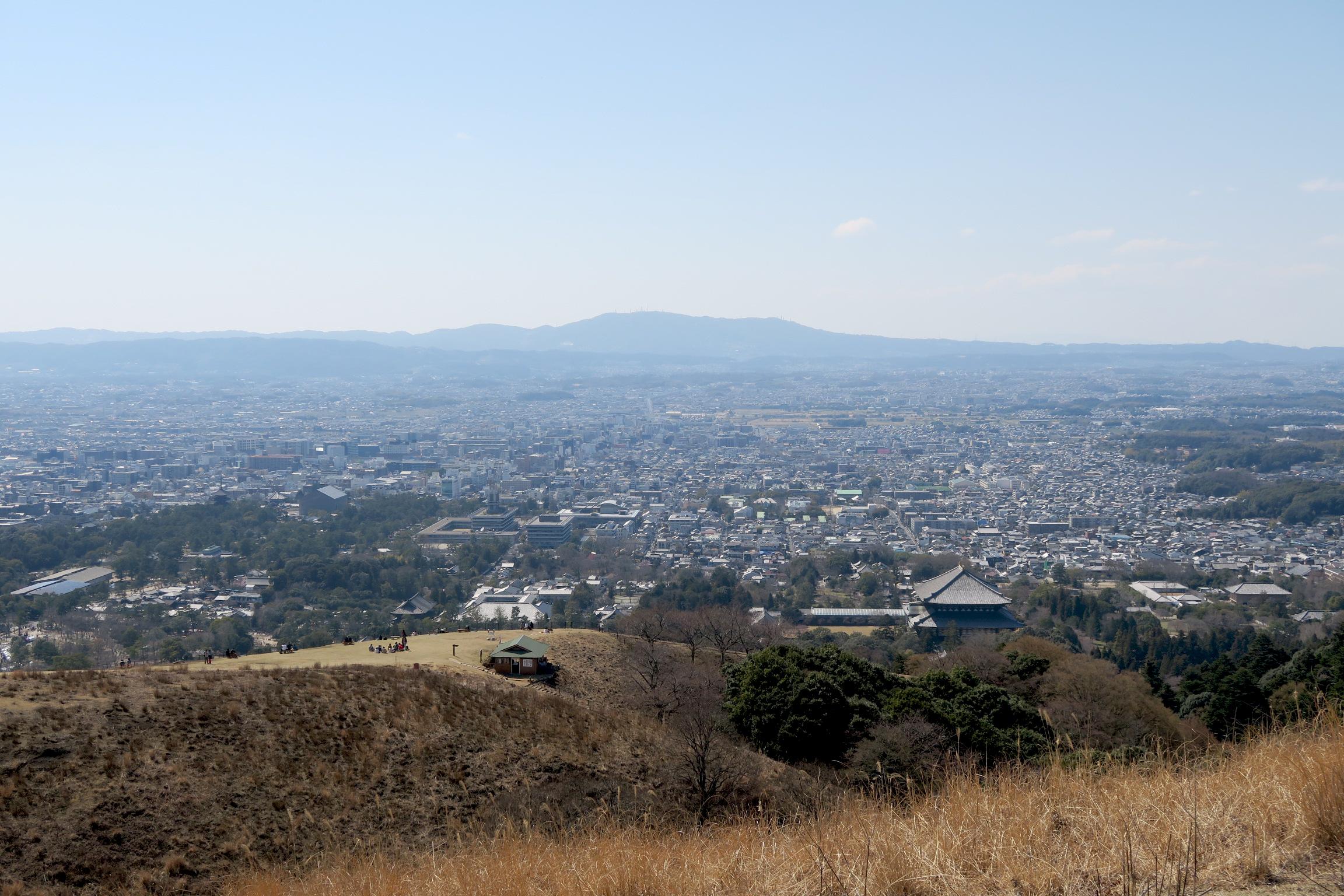 さらに登ると景色もご覧の通り!先ほどのお茶屋さんもあんなに小さくなりました。遠くに見えるのは生駒山。