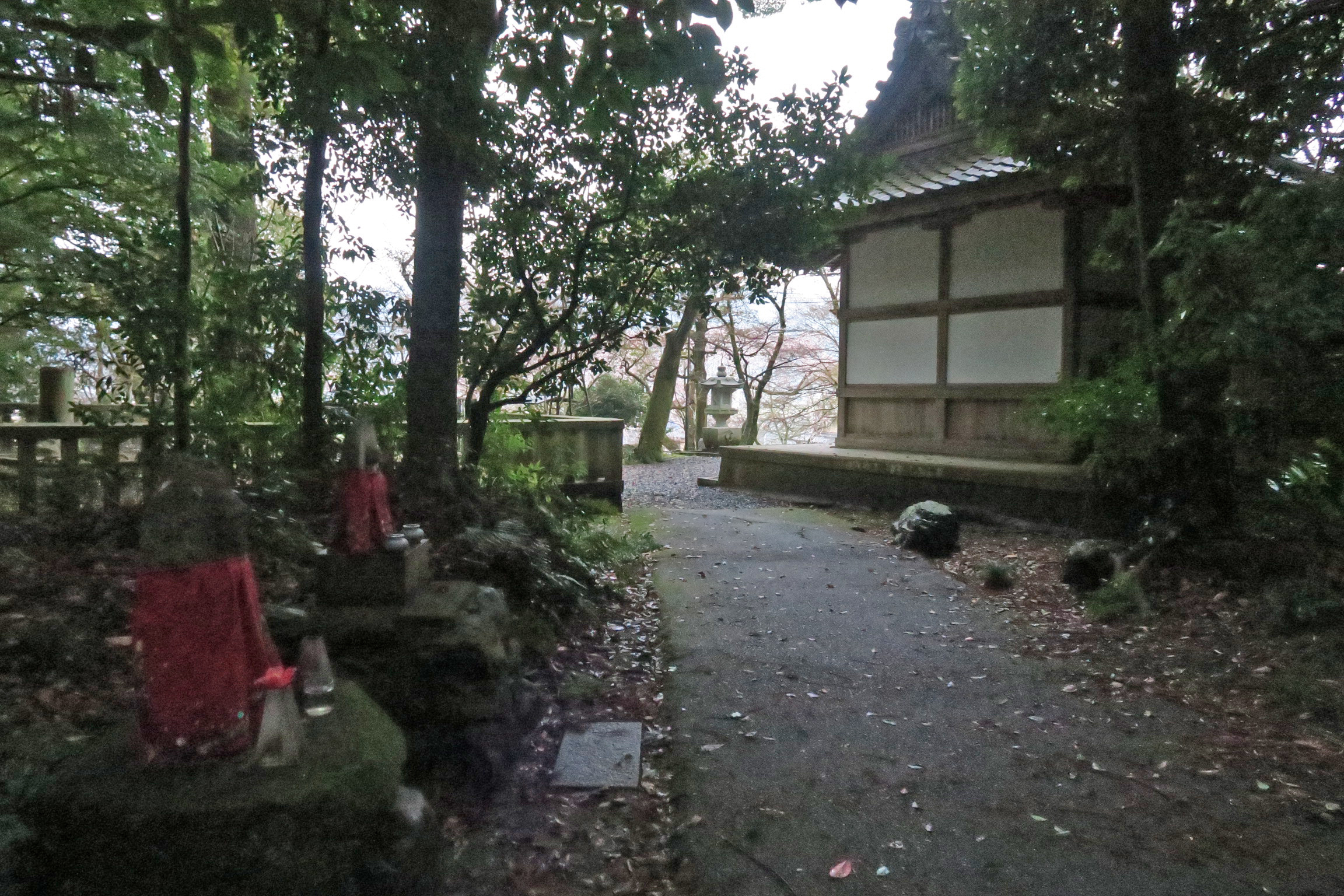 岩屋寺に向かいます。時間も遅いので道は暗くなってきました。