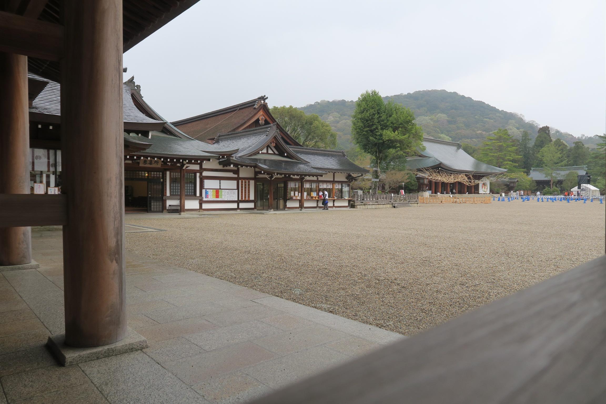 左手より神楽殿、外拝殿。奥には畝傍山が広がっています。