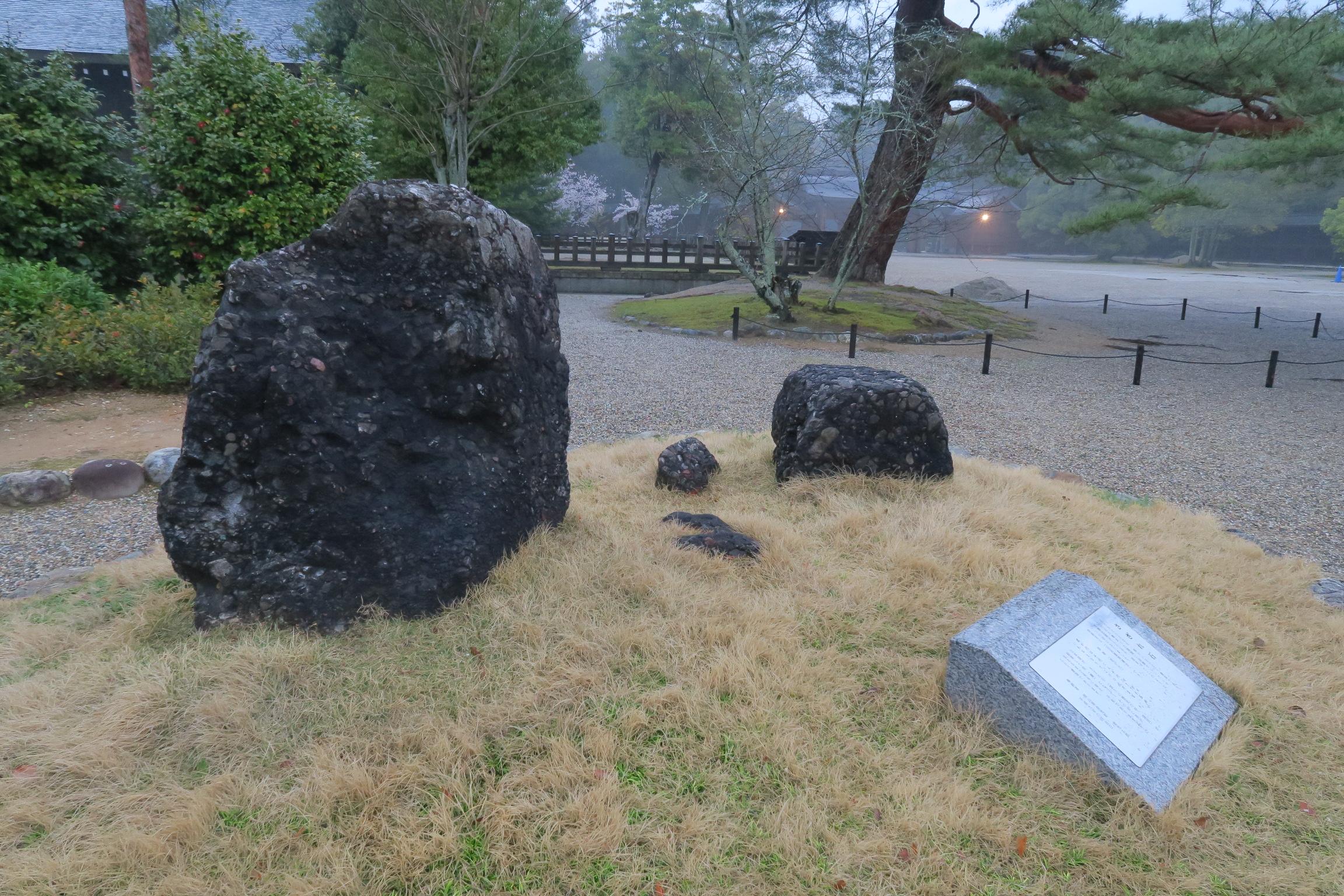 さざれ石(橿原神宮)。小さな石、細かい石という意味があり、水酸化鉄などが入り込み、固まってできた岩。