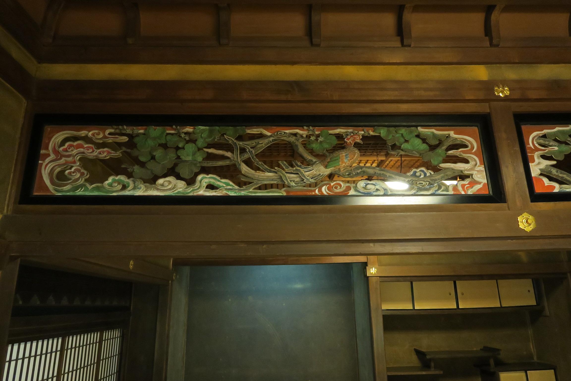 殿様が家臣たちと対面した所。極彩色の彫刻が素晴らしいです。