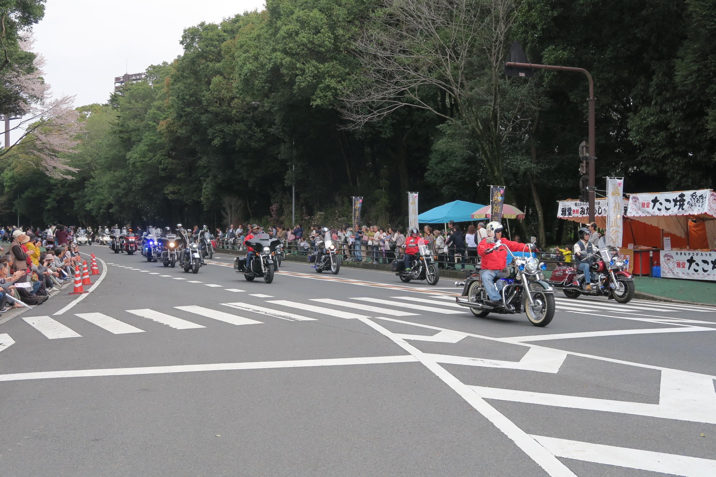 春の神武祭の参道パレード。道路を封鎖してハーレー集団が走り抜けました。